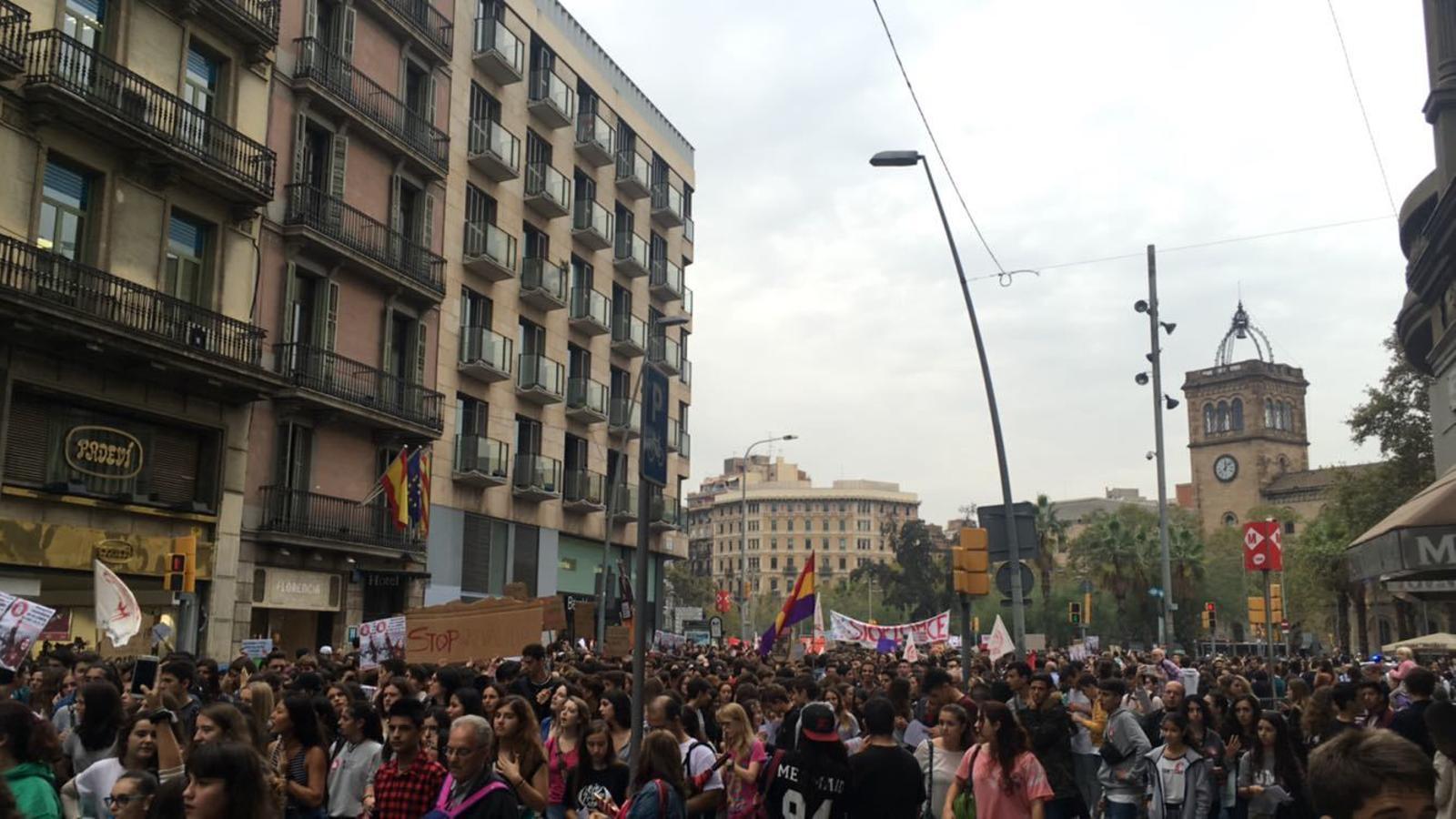 M s de estudiants es manifesten contra la lomce a - Placa universitat barcelona ...