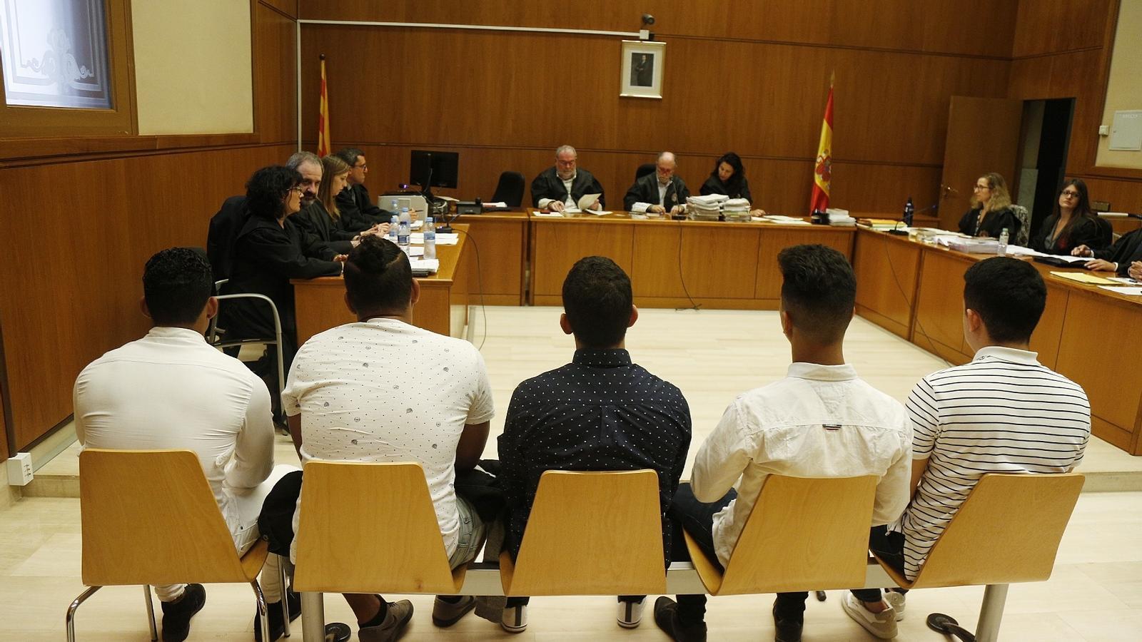 """La 'Manada' acusada de violar una nena de 14 anys a Manresa, a judici: """"Va, et toca a tu, 15 minuts i no tardis"""""""