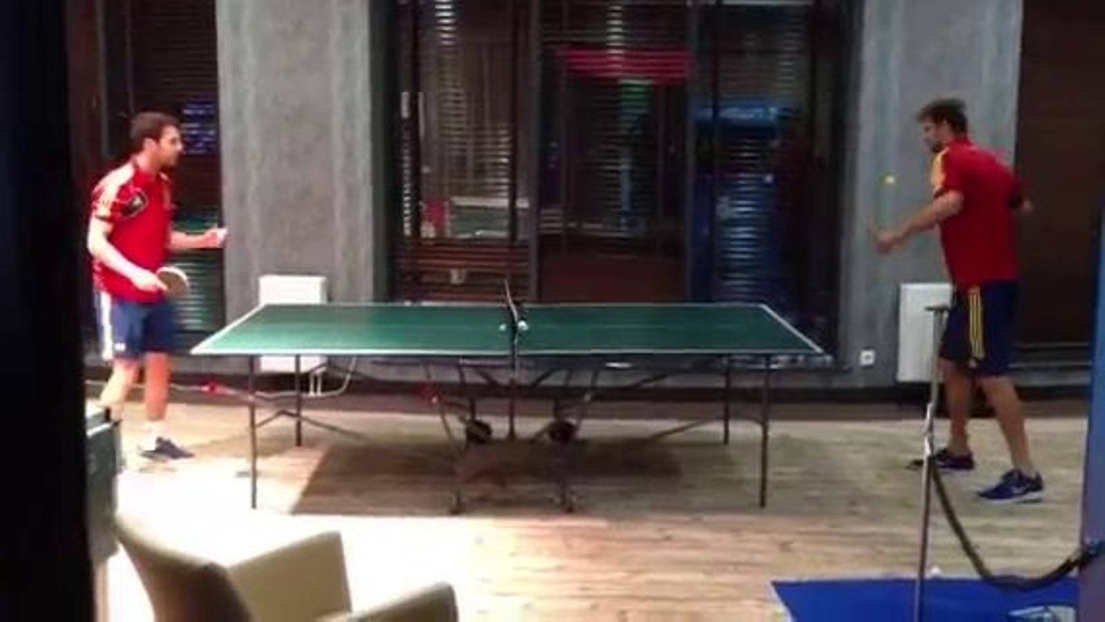 Partida de tennis taula entre Cesc i Piqué