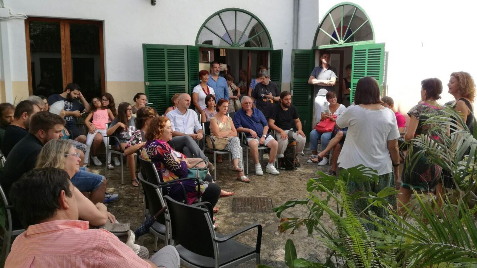 Un moment de la inauguració, amb les glossadores com a protagonistes.