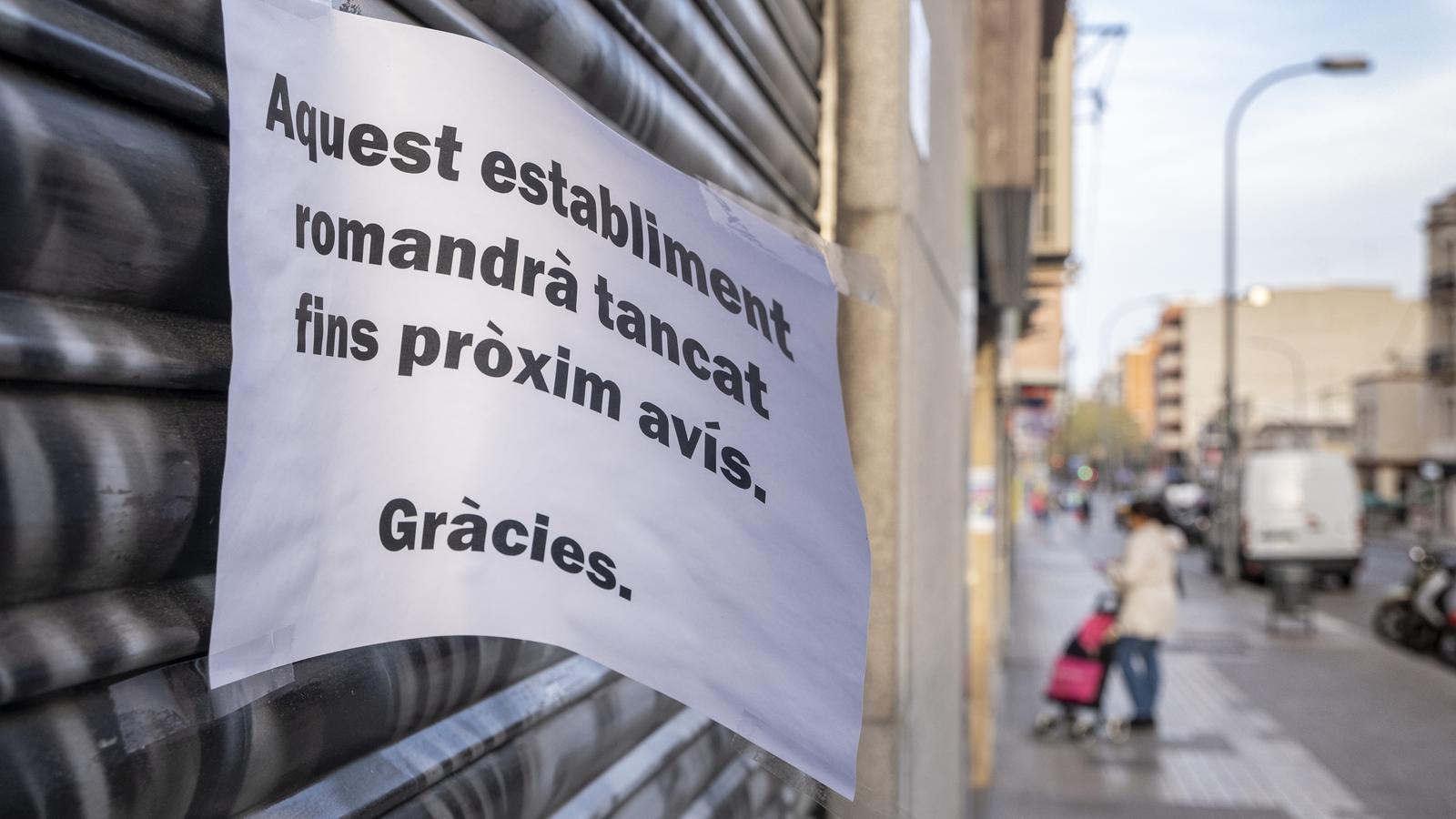 Un comerç tancat a Esplugues de Llobregat durant el confinament per la pandèmia del Covid-19