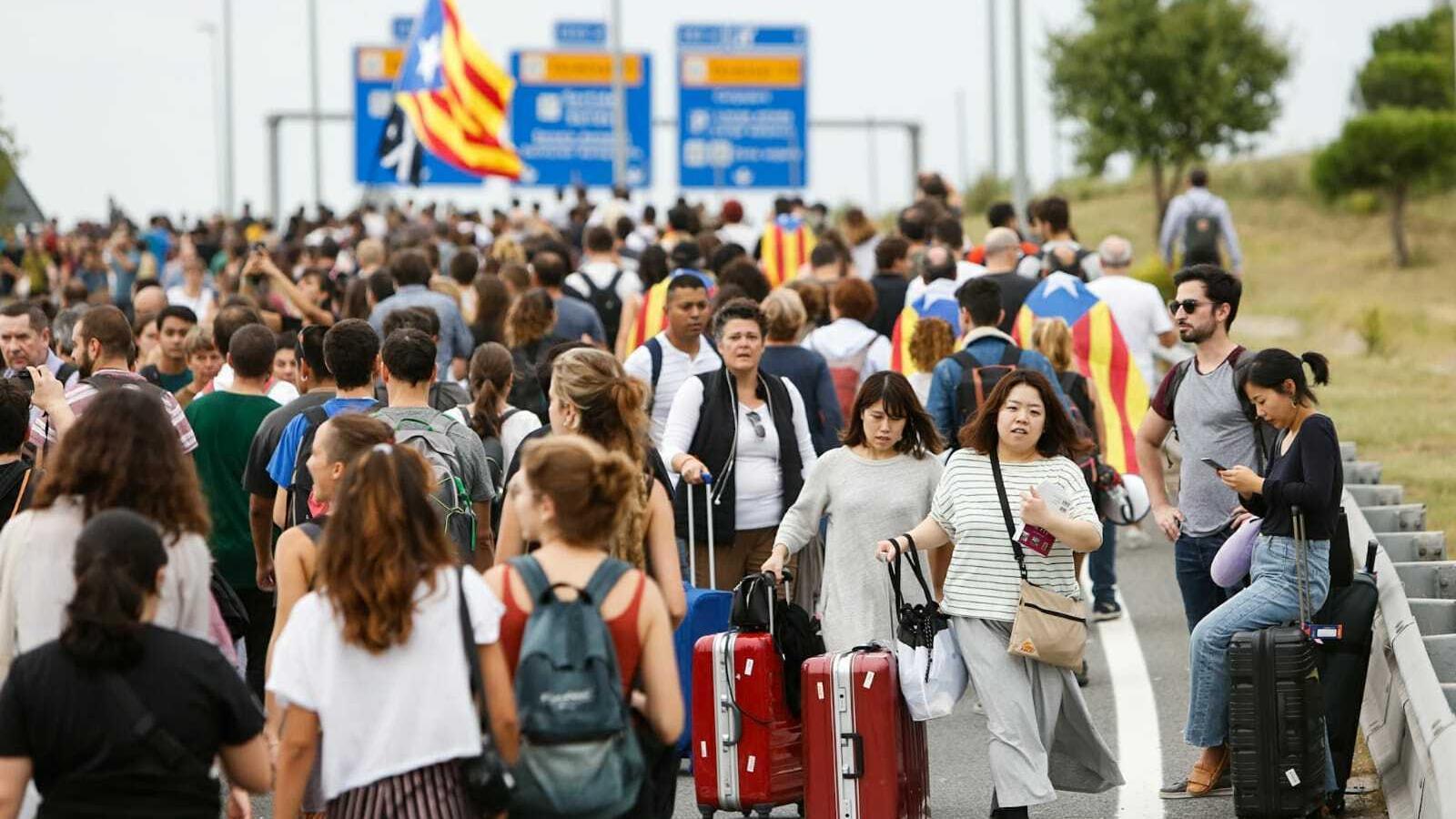 Turistes que intenten arribar o sortir de l'aeroport es barregen amb manifestants als voltants de la T1 / CÈLIA ATSET