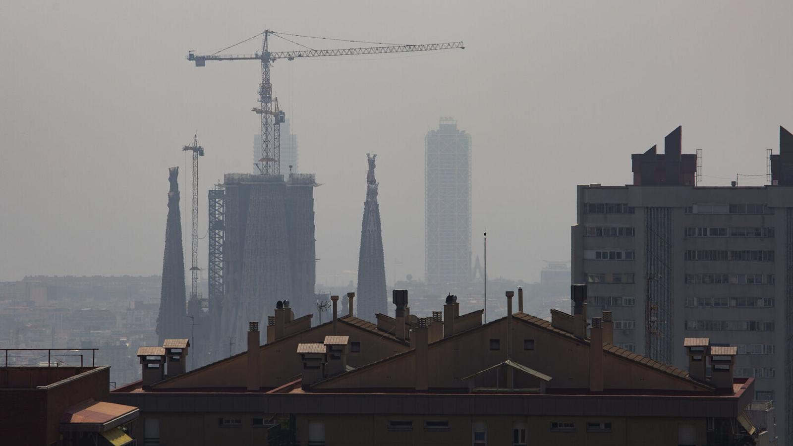 Barcelona enmig de la 'boira' de contaminació per partícules en suspensió.