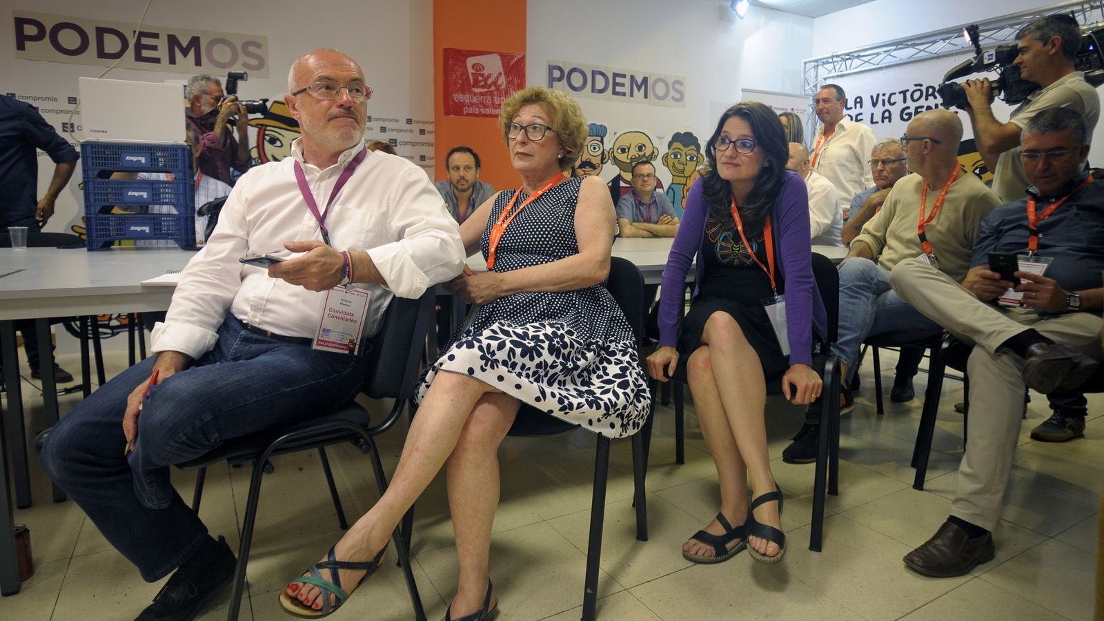 Mónica Oltra i altres dirigents de la coalició 'A la valenciana', seguint l'escrutini dels resultats electorals.