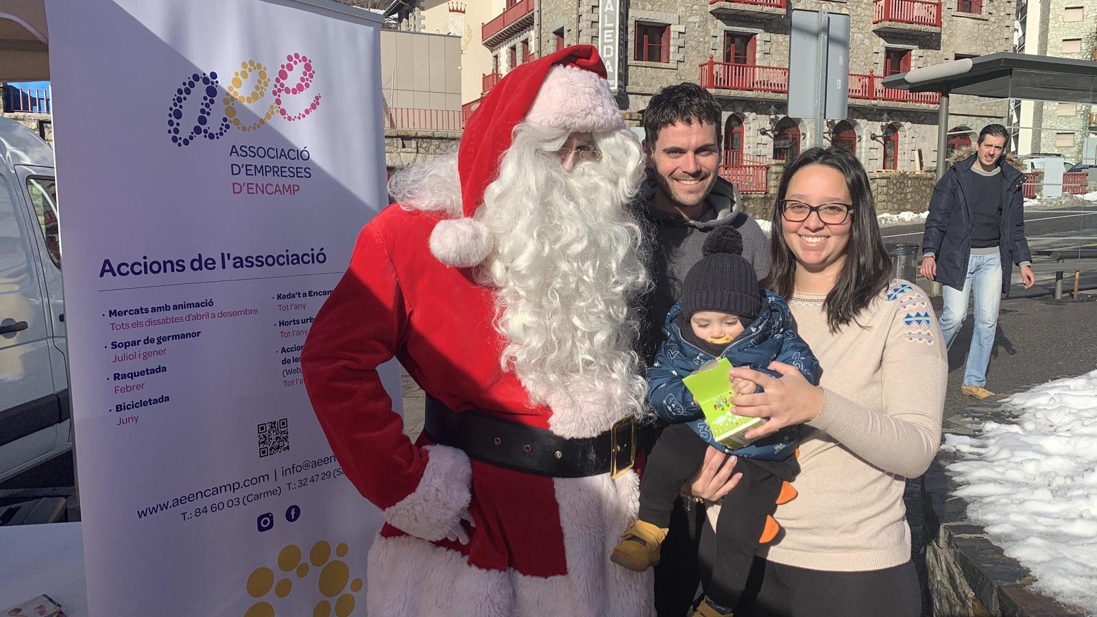 El Pare Noel ha arrencat somriures a grans i petits. / AGÈNCIA ANA.