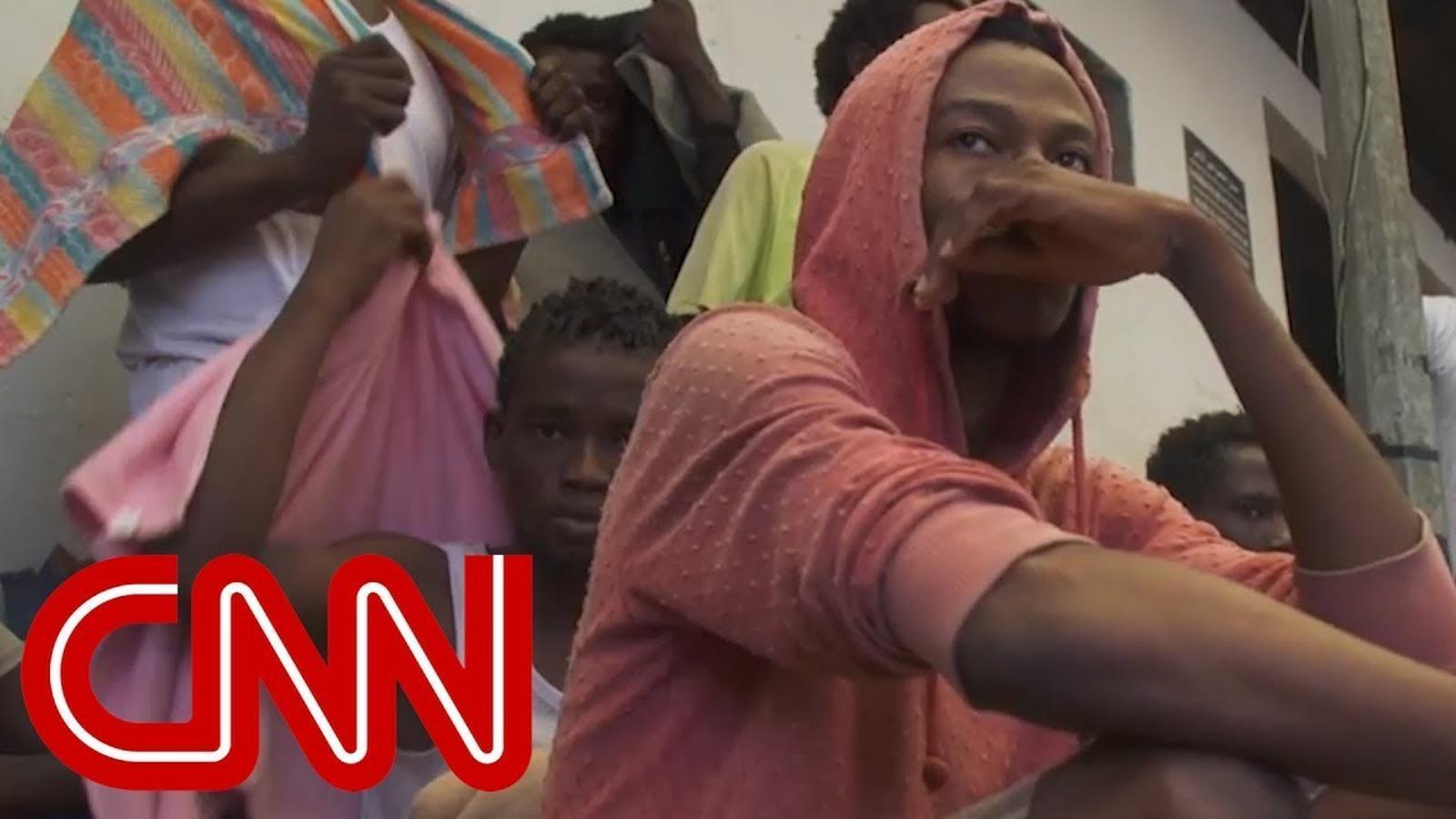 Reportatge de la CNN en què es veuen migrants sent venuts com a esclaus