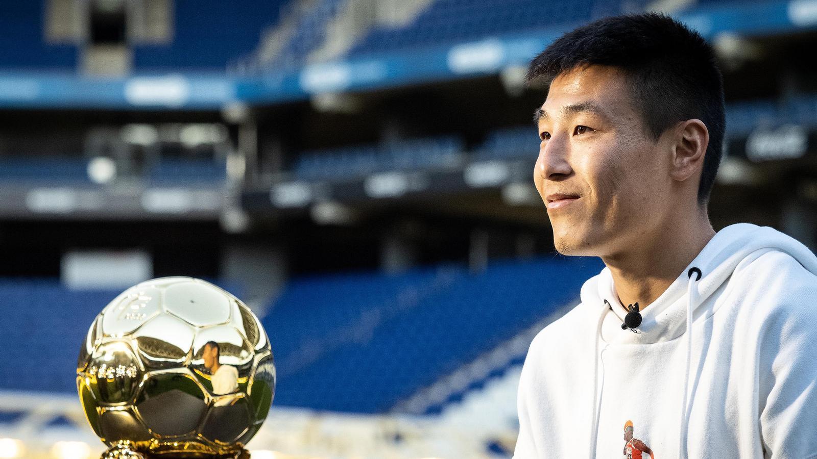 Wu Lei, amb la pilota d'or que el reconeix com el millor jugador xinès de l'any