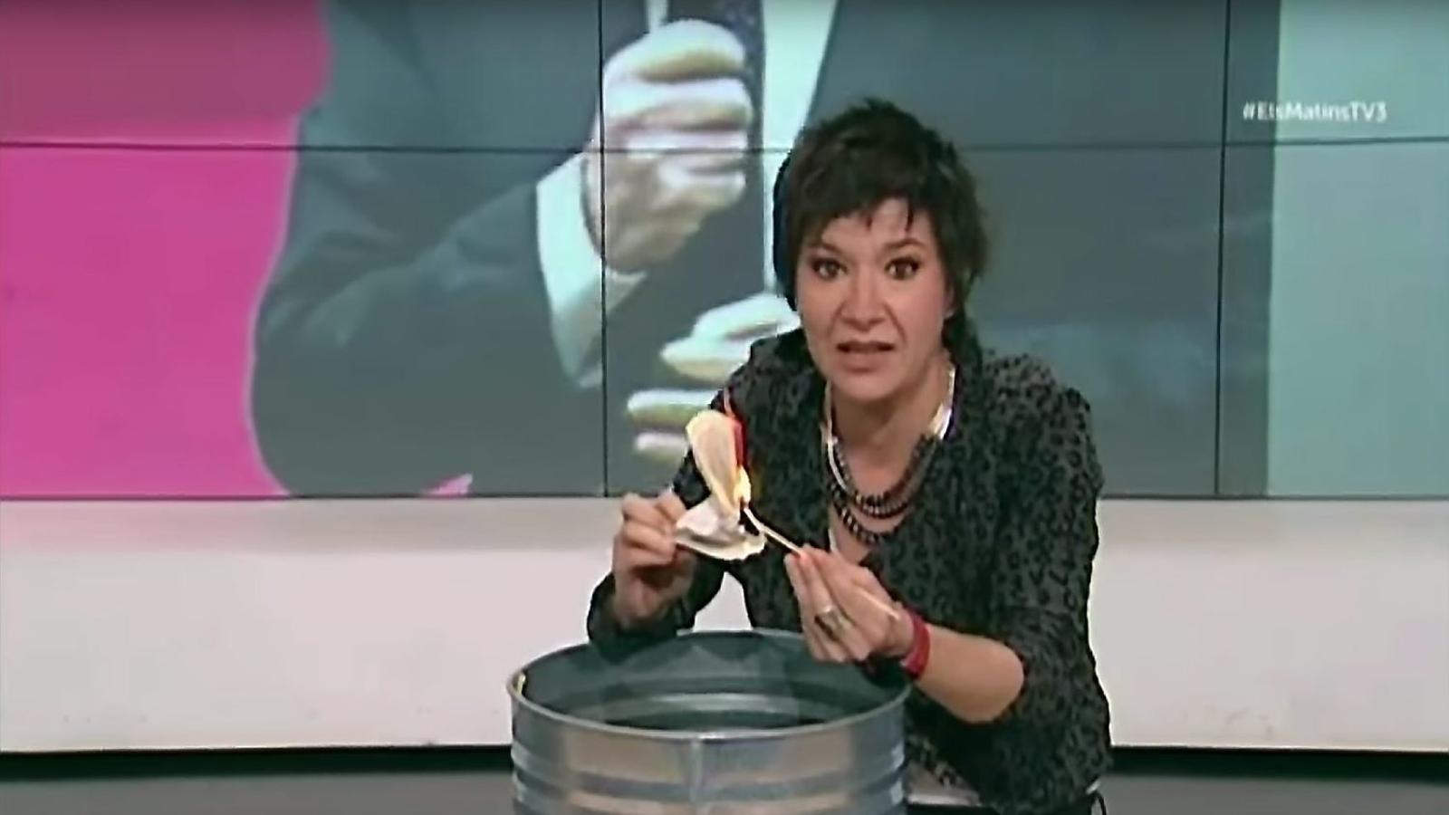 Porten al CAC Empar Moliner per cremar la Constitució a TV3