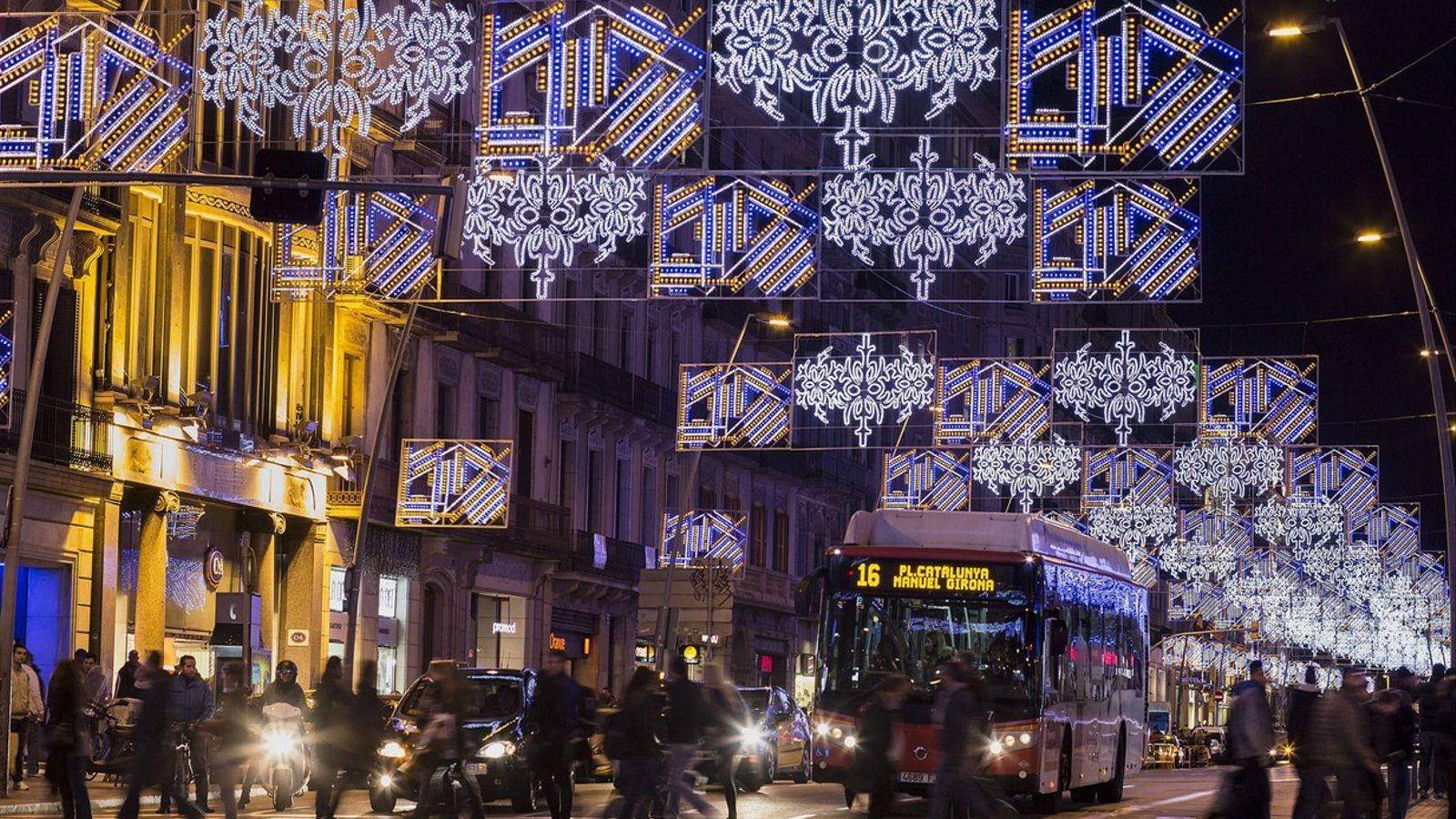 El carrer Pelai, il·luminat durant les festes de Nadal / MANOLO GARCÍA