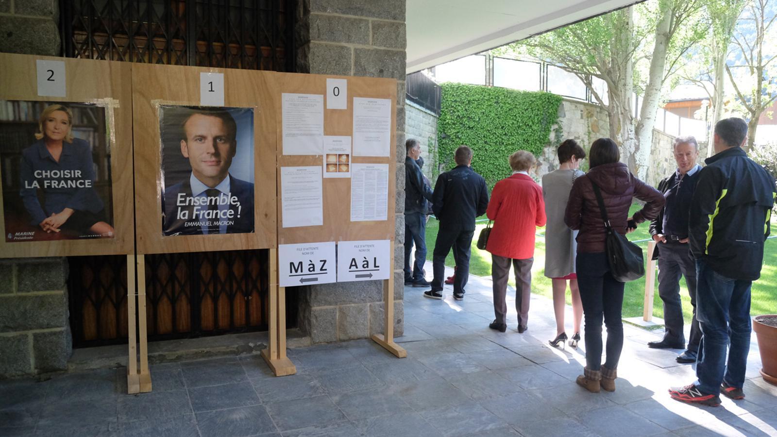 Votacions a l'ambaixada de França / M.T.