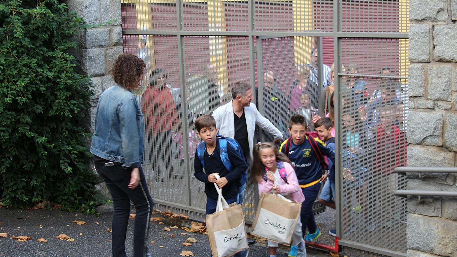 Els alumnes de l'escola andorrana de Sant Julià de Lòria en el primer dia del curs escolar. / M. F. (ANA)