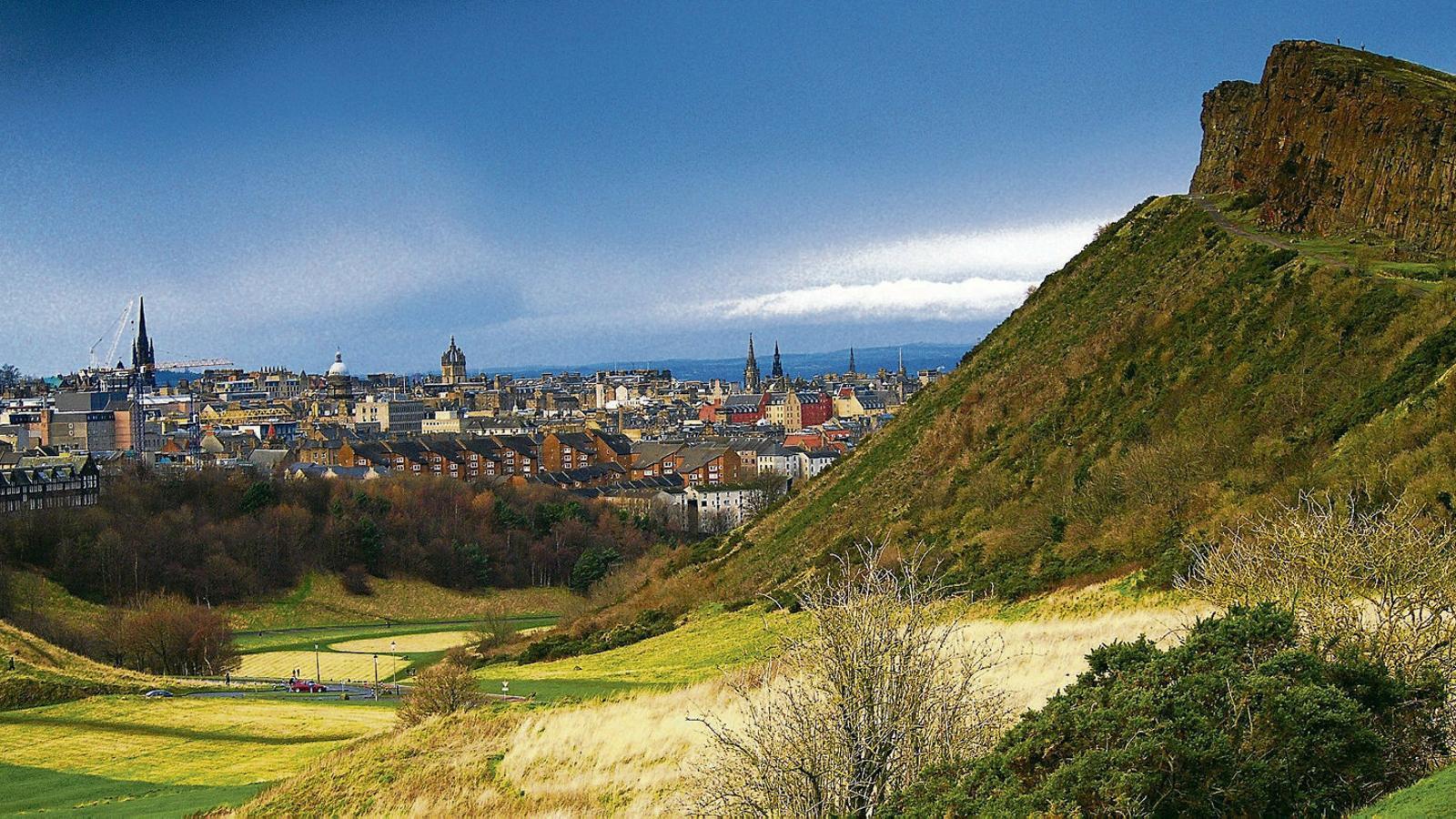 A la dreta, l'Arthur's Seat, des d'on es pot admirar Edimburg, al fons