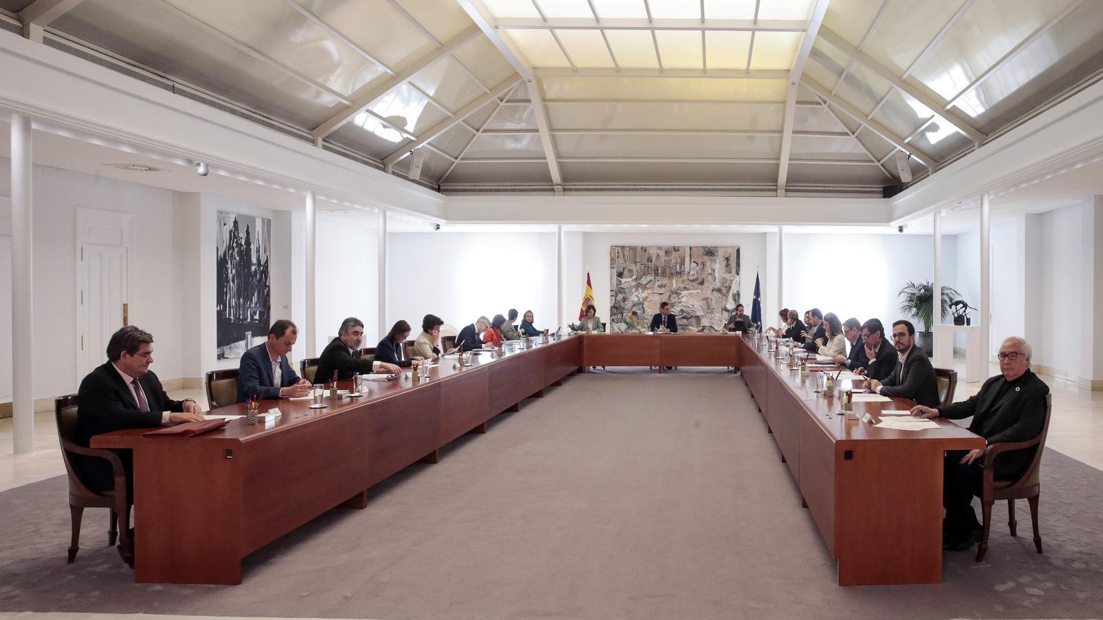 Reunió extraordinària del consell de ministres a la Moncloa per decretar l'estat d'alarma. Tots els ministres estan a un metre de distància per prevenció.