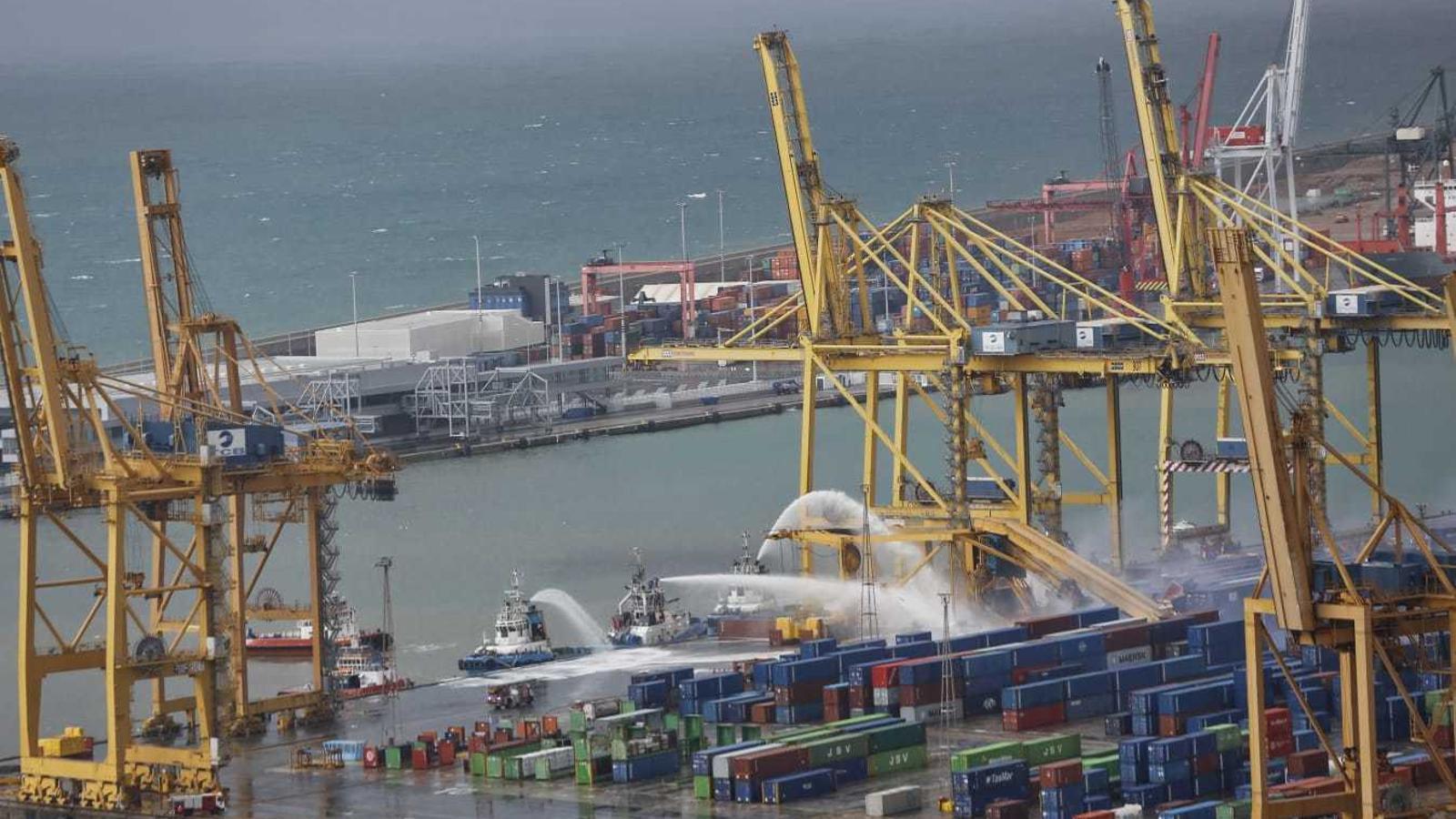 El xoc d'un vaixell amb una grua provoca un incendi al port de Barcelona
