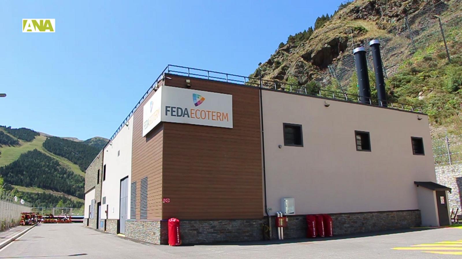 Explicacions del gerent de FEDA Ecoterm, Jordi Travé, sobre com funcionarà la xarxa de calor de la Comella amb imatges de la planta de Soldeu, operativa des de fa uns anys