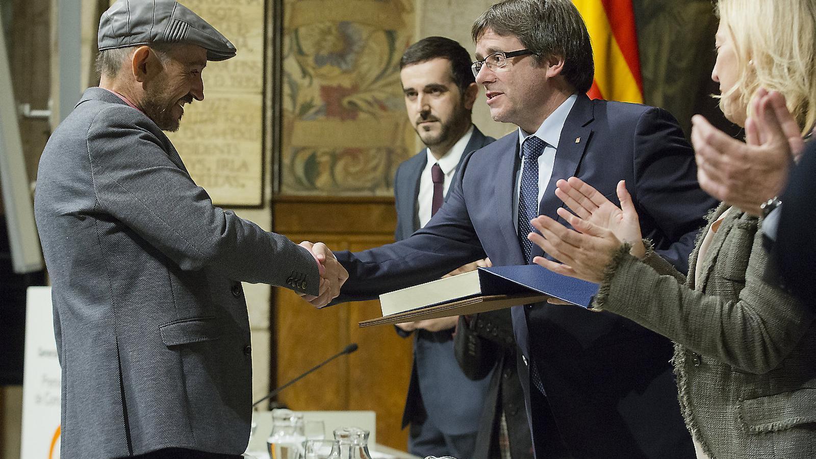 Carles Capdevila quan va rebre el Premi Nacional de mans del president Puigdemont.