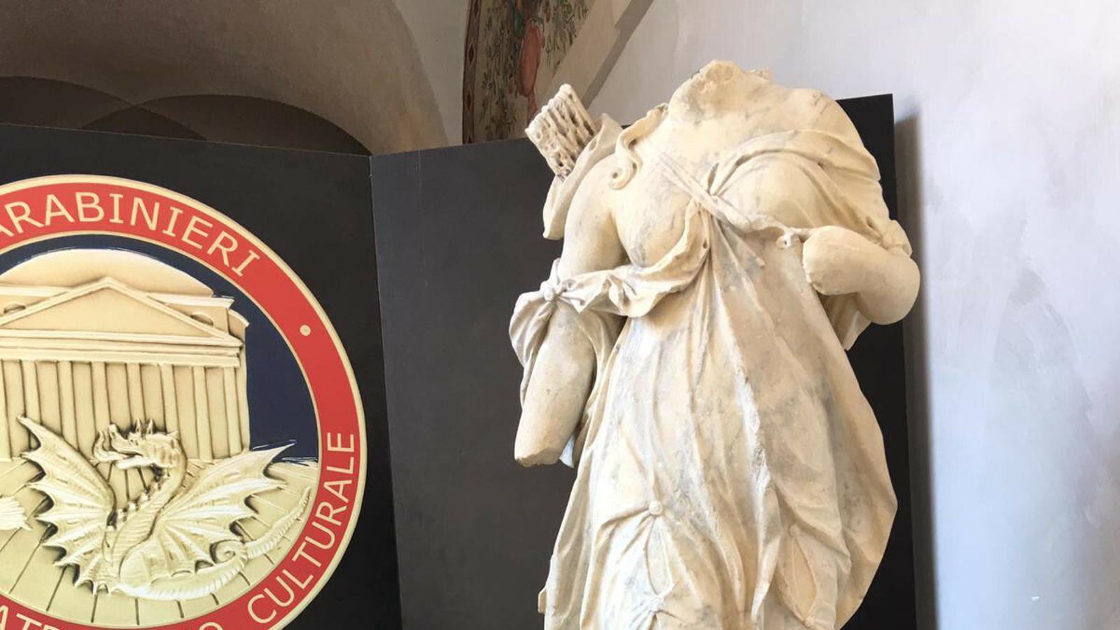 Pla general d'una de les escultures recuperades pel CNP.