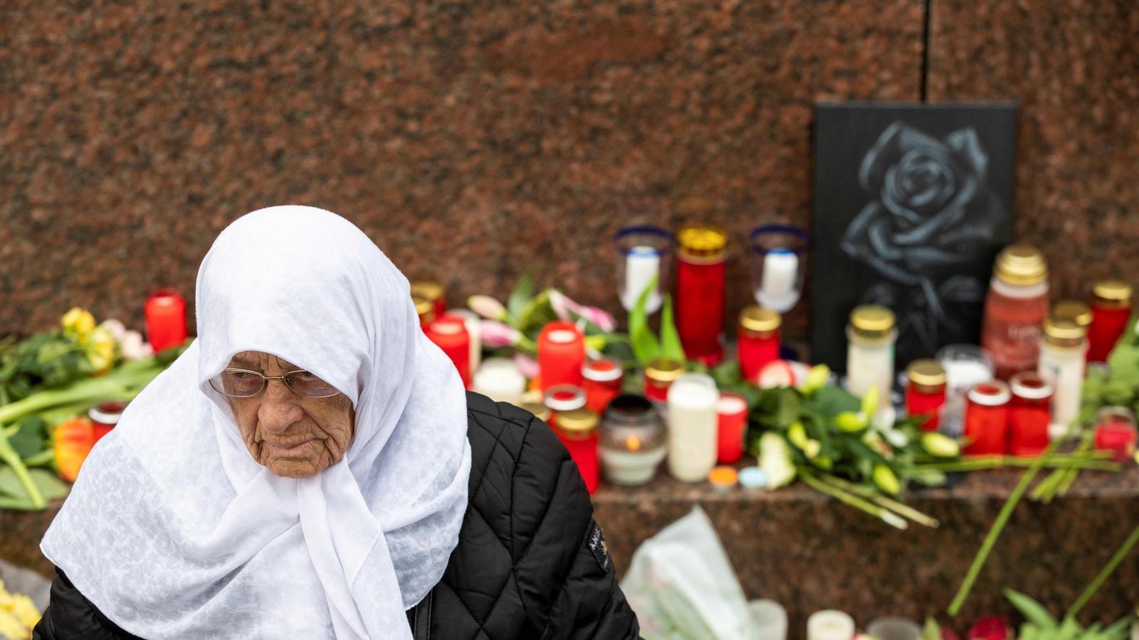 Una dona recorda les víctimes de l'atemptat terrorista de dimecres a la ciutat alemanya de Hanau.