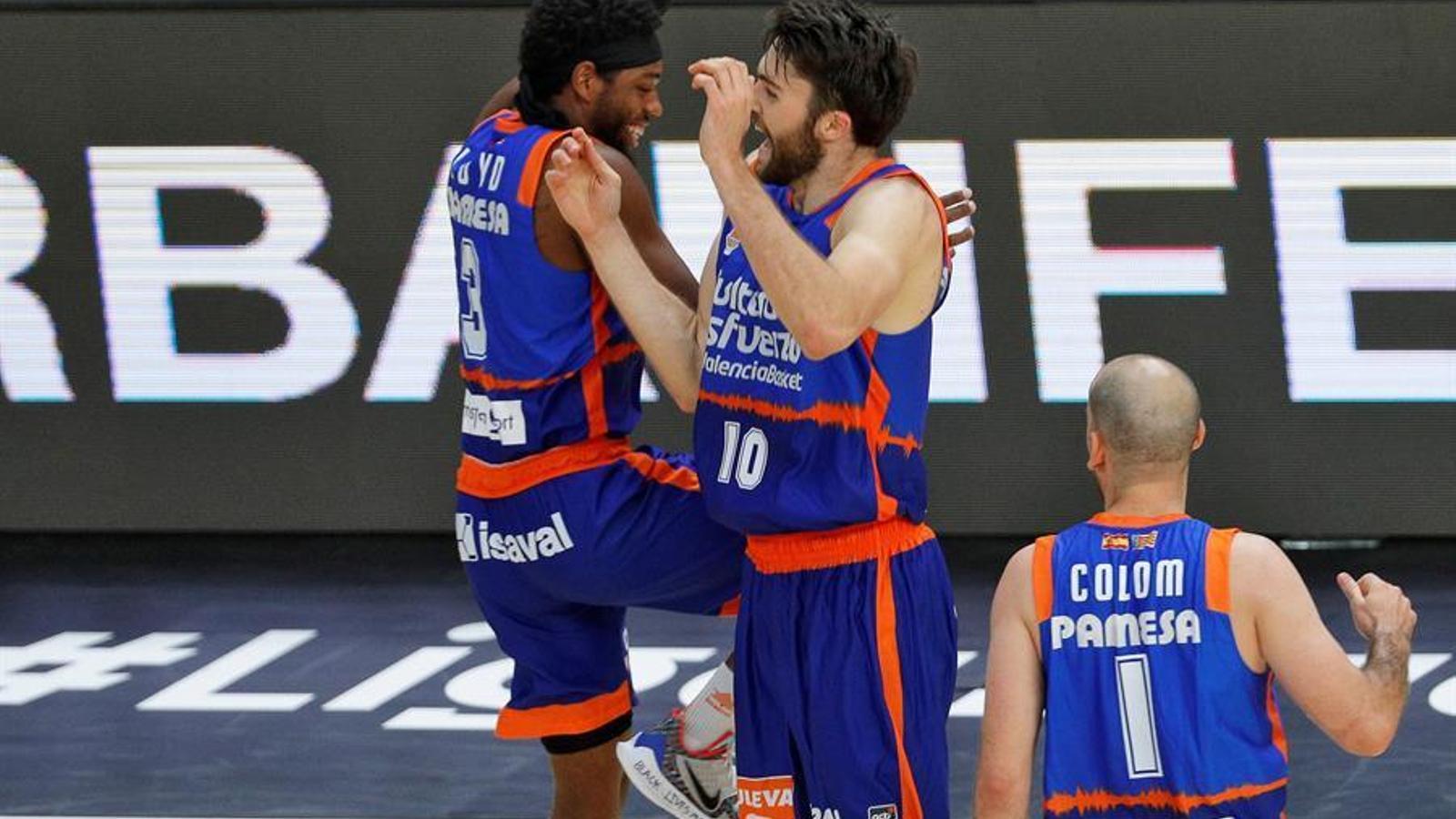 Loyd i Tobey celebren una acció durant el partit del Valencia Basket contra Gran Canària