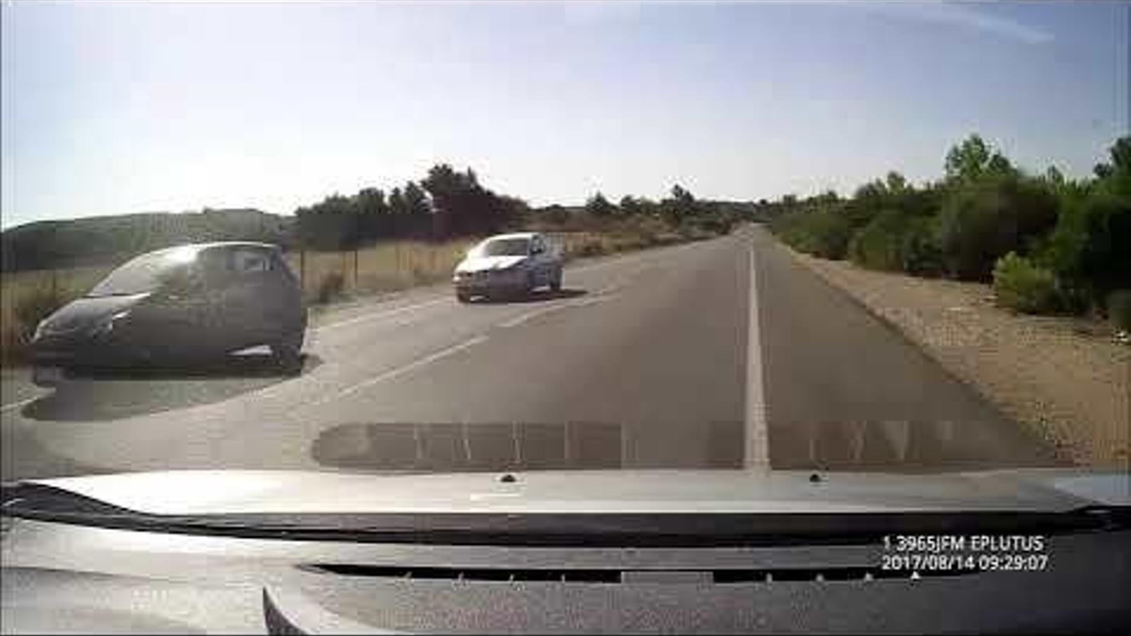 Un conductor temerari tracta de treure'n un altre de la carretera