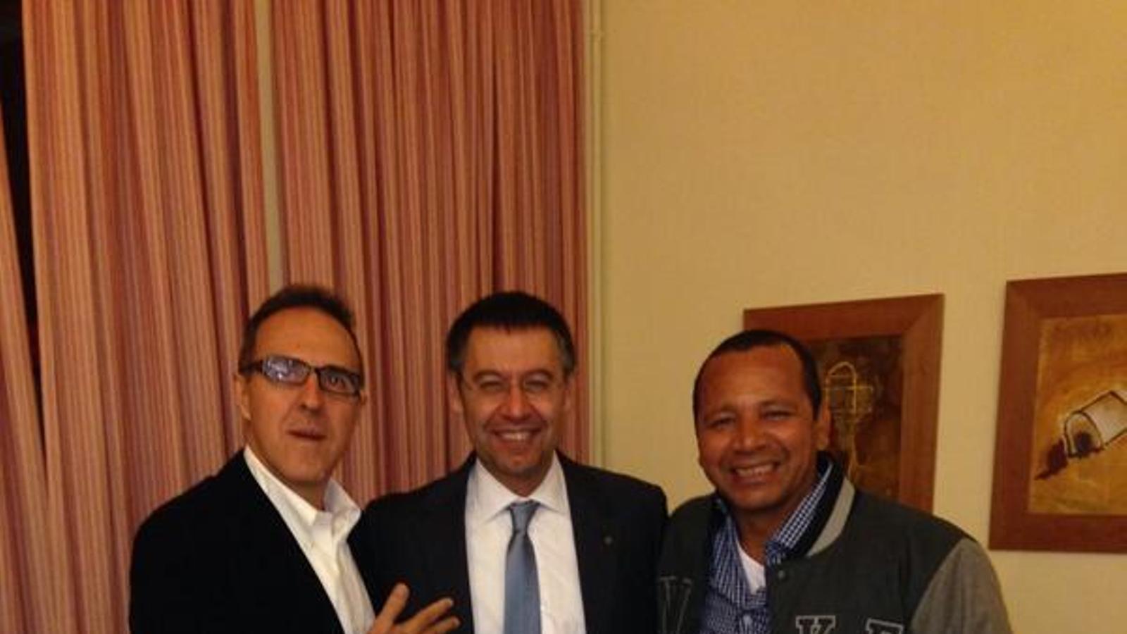 Josep Maria Bartomeu, amb el pare de Neymar i l'agent Wagner Ribeiro