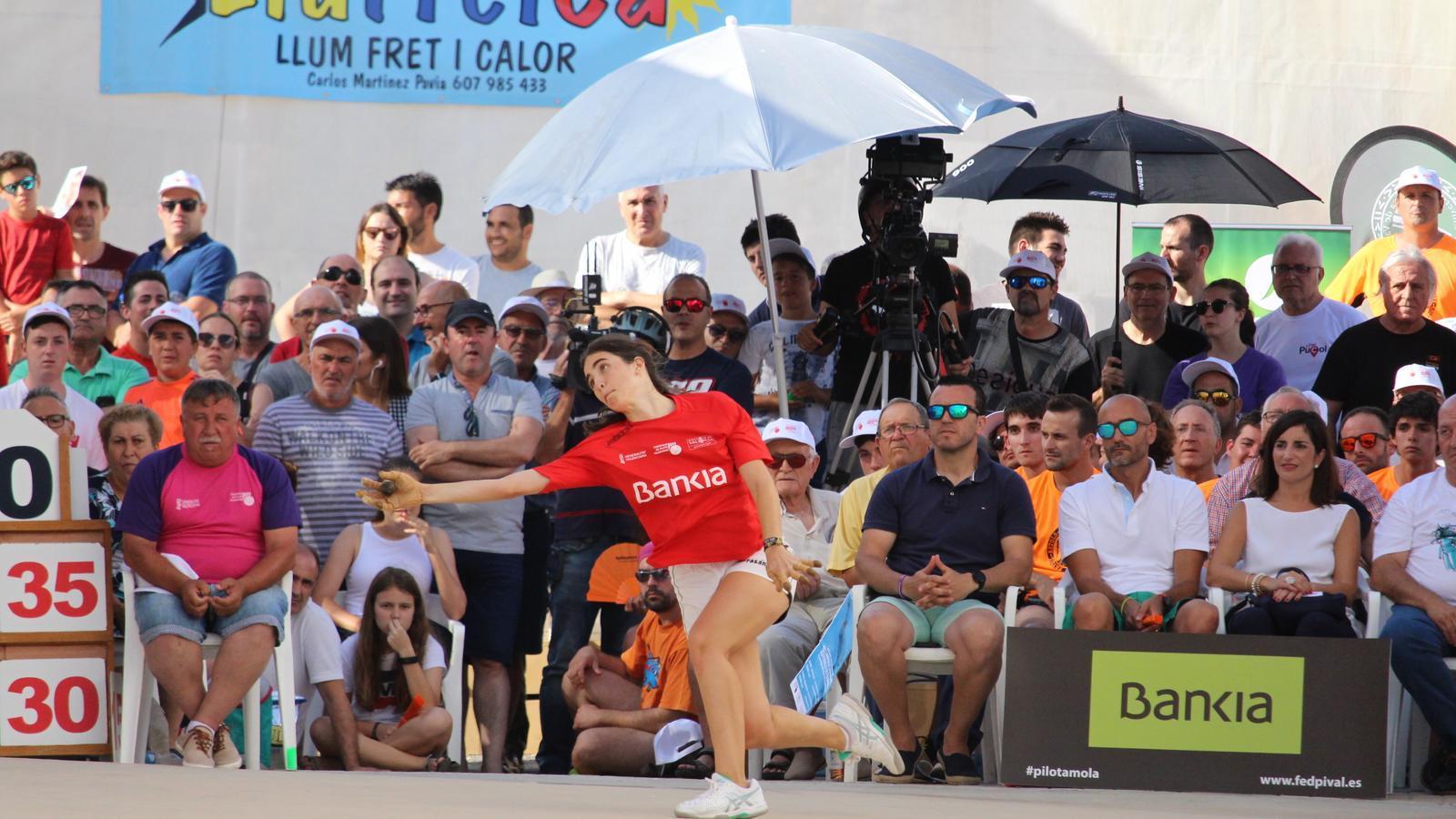 La jugadora de pilota valenciana, Victoria Díez, durant una partida de la modalitat de raspall