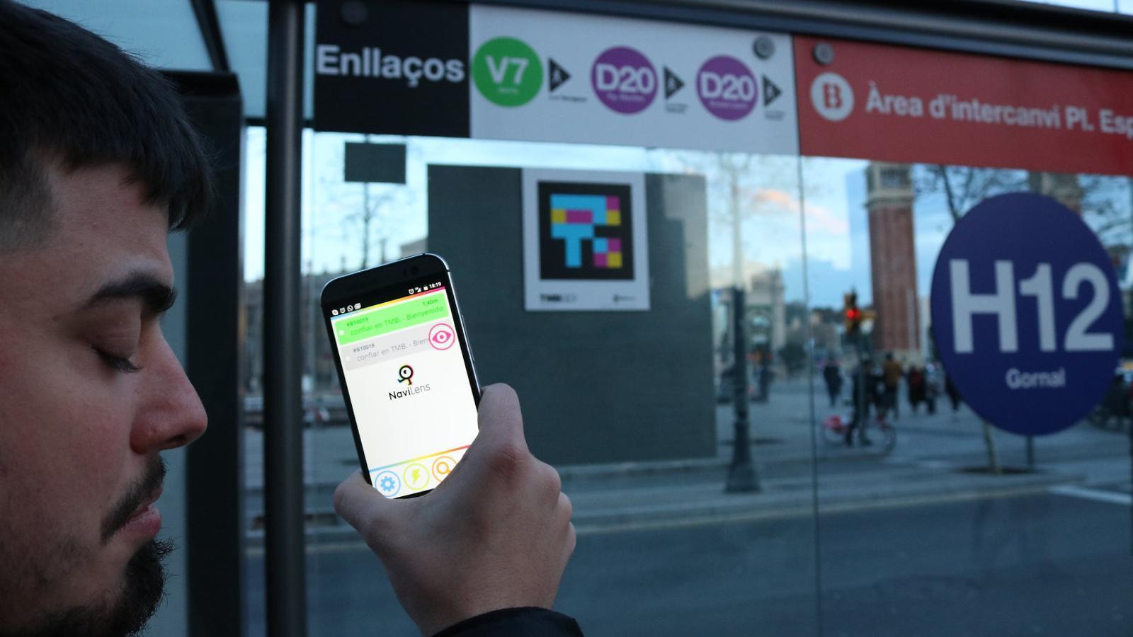 01. Un invident llegint el ddTag d'una parada d'autobús amb el telèfon mòbil. 02. Els beepcons ajuden els cecs a orientar-se.