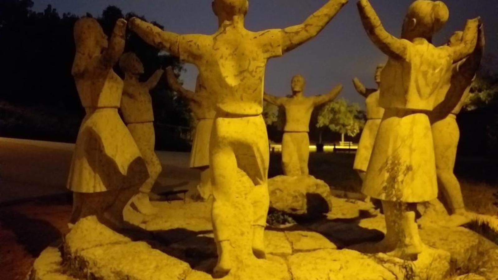 El monument a la Sardana de Montjuïc, mutilat una altra vegada