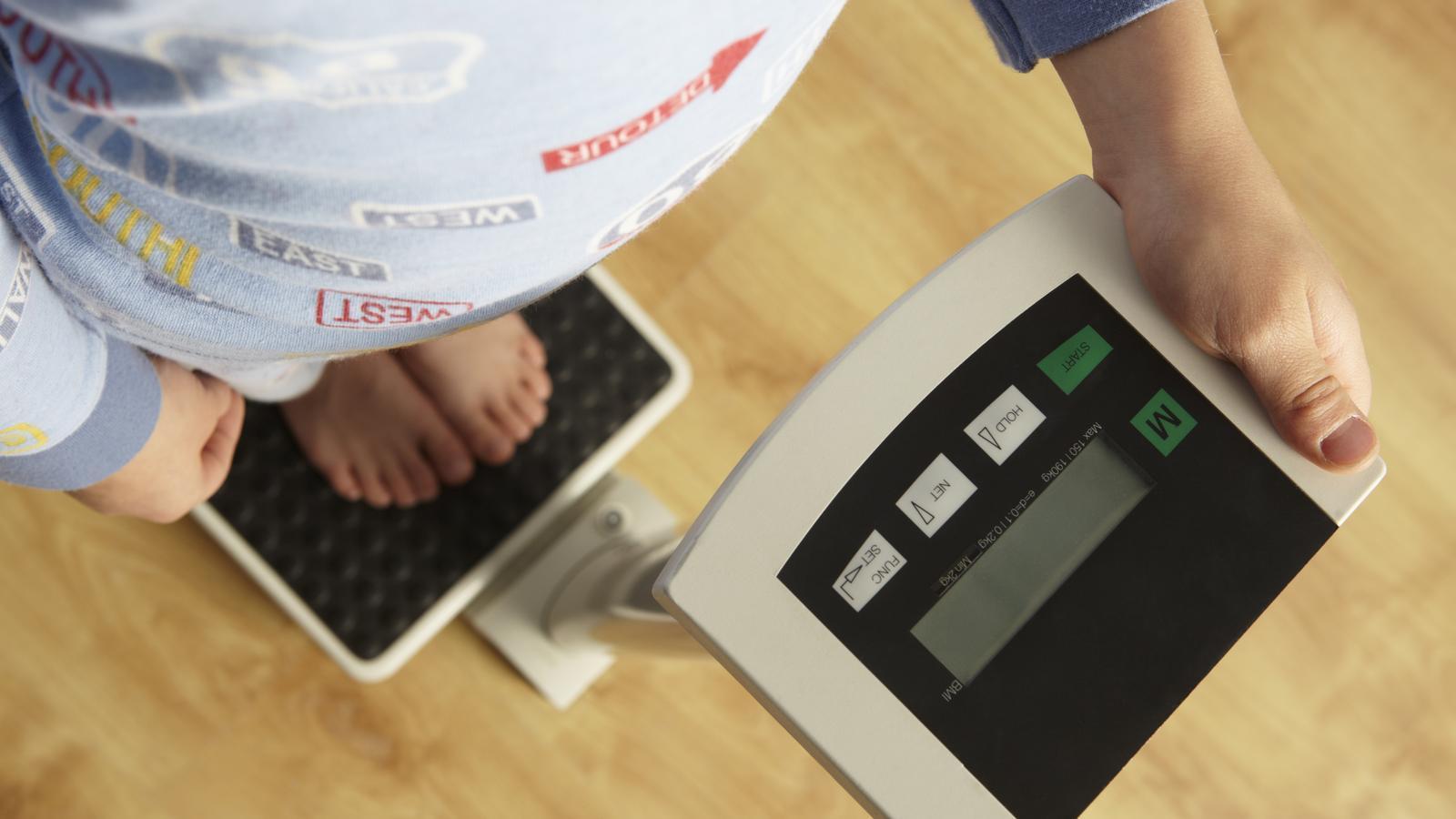 El 18,4% de la població mundial d'entre 5 i 19 anys pateixen sobrepès. A la imatge, un nen pesant-se en una consulta mèdica.