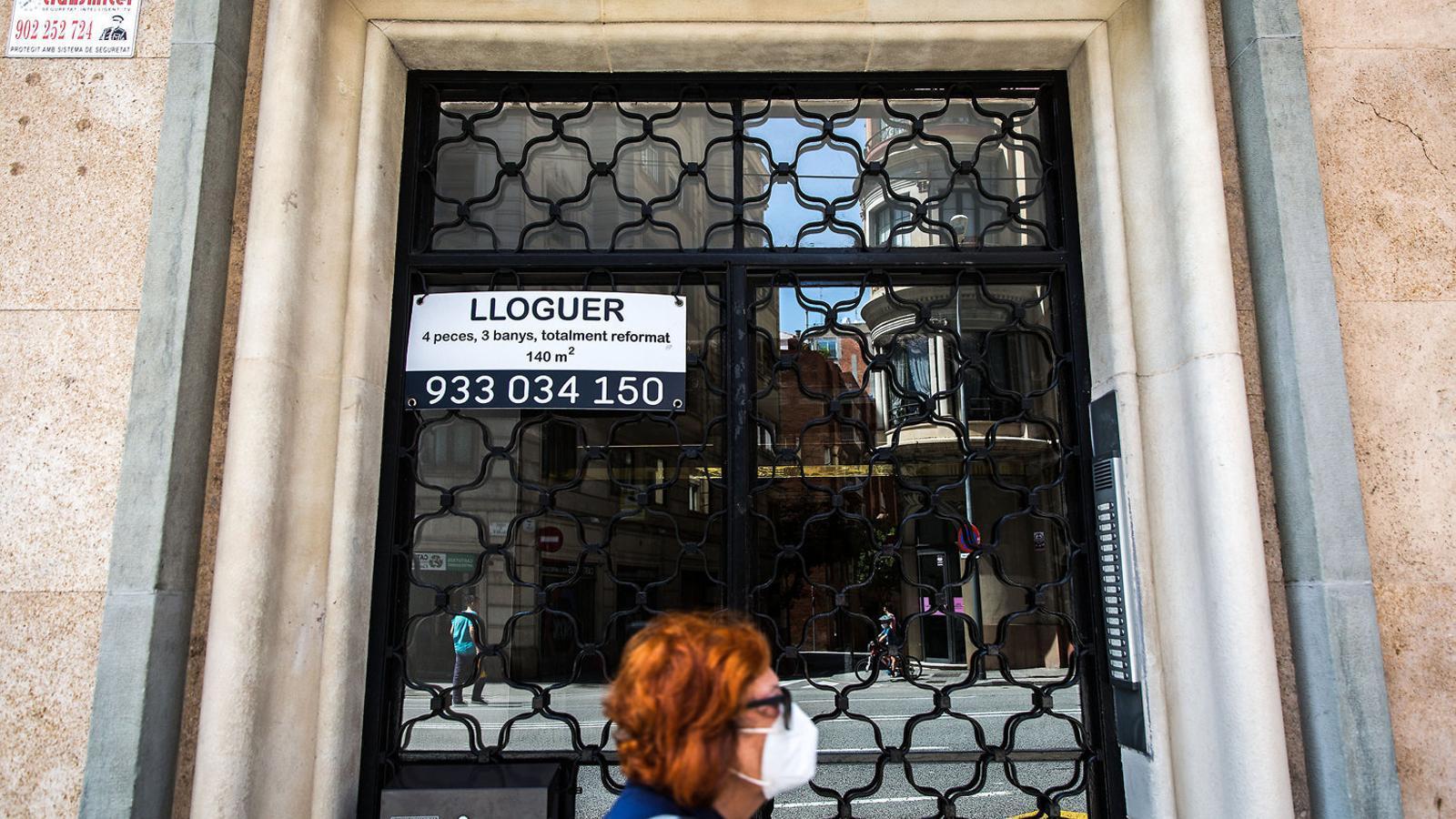 Un anunci d'un pis en lloguer al centre de Barcelona durant la pandèmia.   Peu de foto de dues líde foto de dues líde foto de dues líde foto de dues líde foto de dues línies. Crhonical Text G1 Semi.