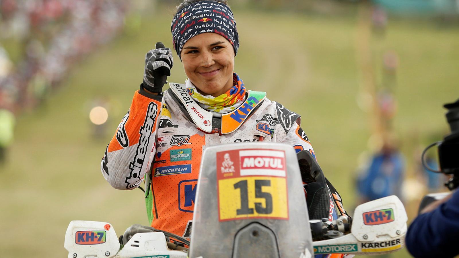 Laia Sanz, després de l'última etapa del Dakar, celebrant amb el dit polze que havia acabat una nova edició del ral·li més dur del planeta.