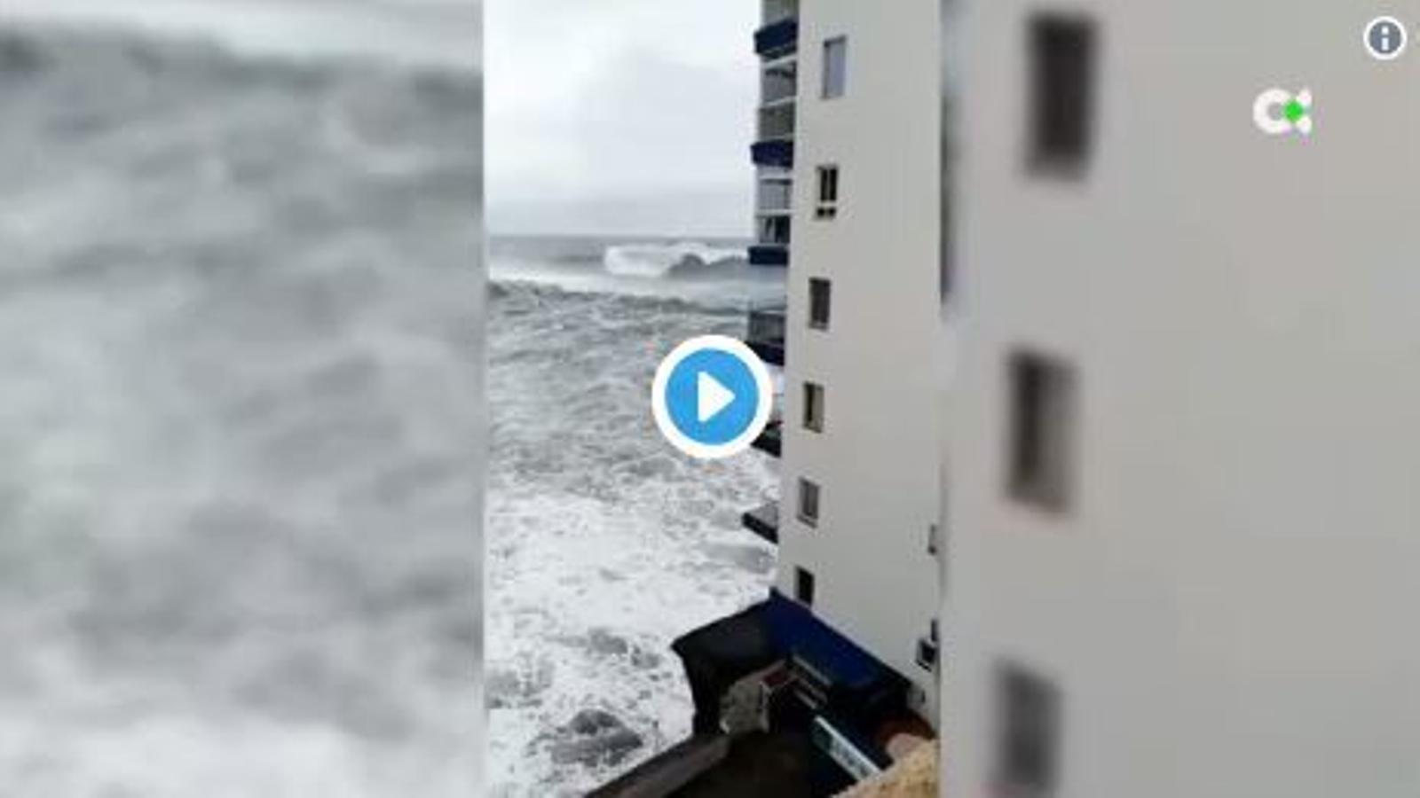 El fort onatge s'emporta dos balcons d'un edifici al nord de Tenerife