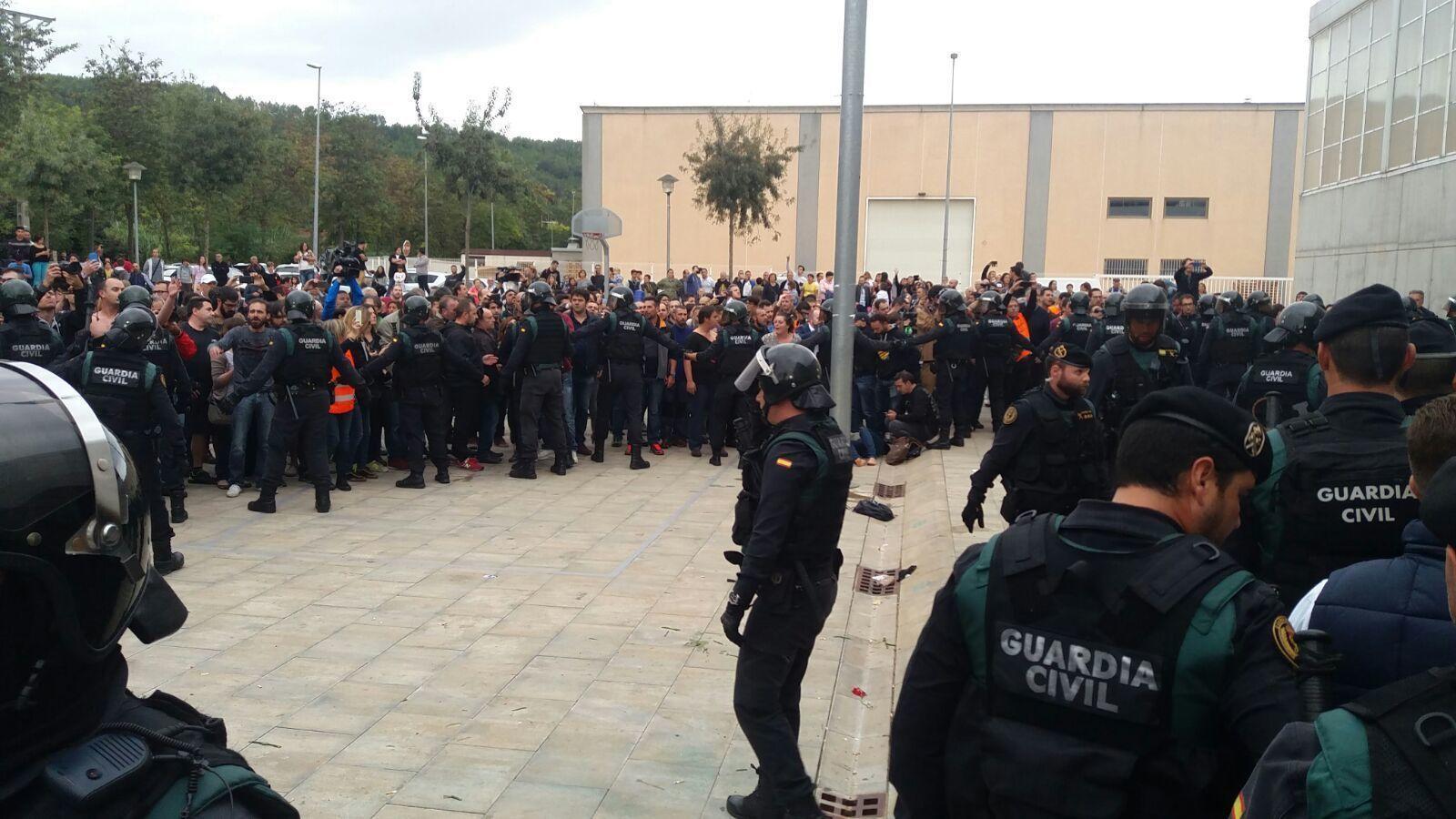 La Guàrdia Civil ha desallotjat per la força els concentrats a Sant Julià de Ramis, el poble on ha de votar el president Puigdemont