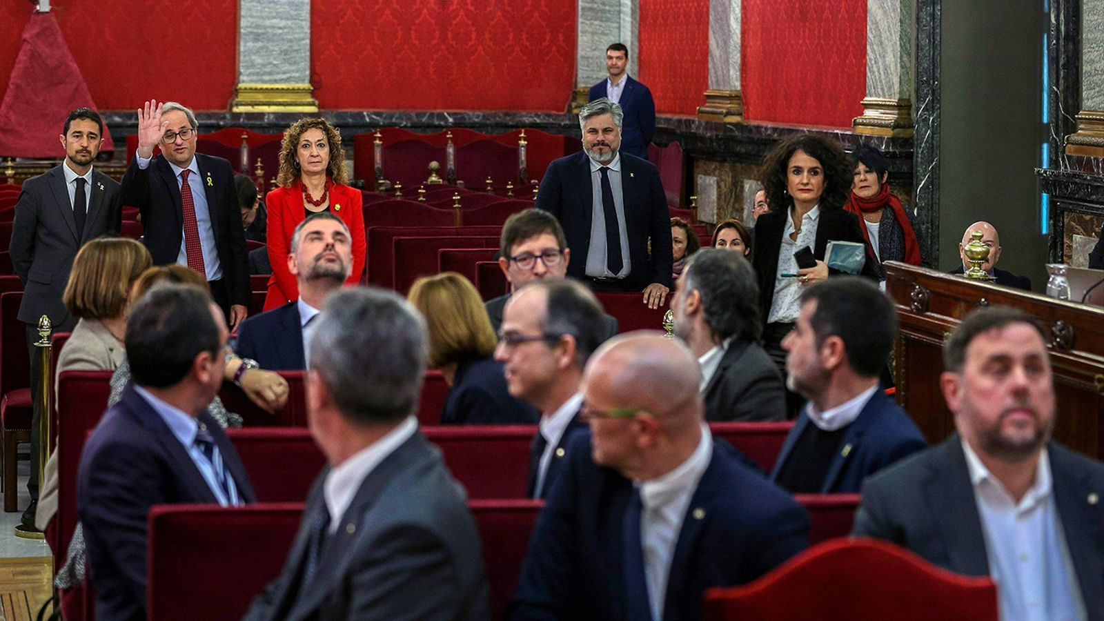 Quim Torra saluda als imputats dins la sala del Suprem