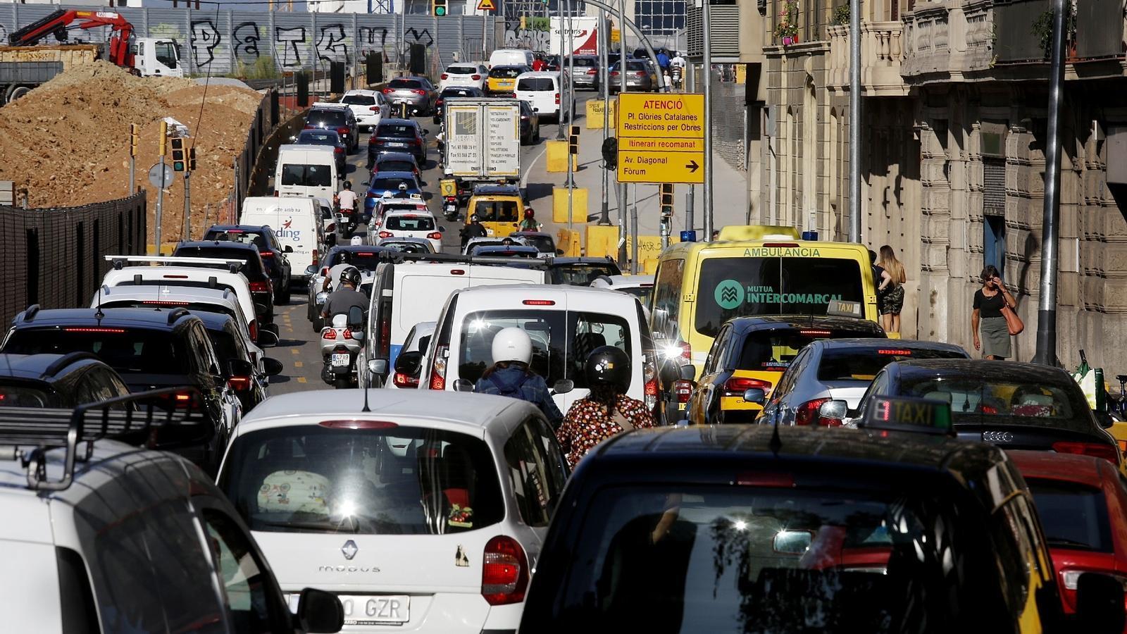 Una imatge del trànsit aquest tarda per dins de Barcelona
