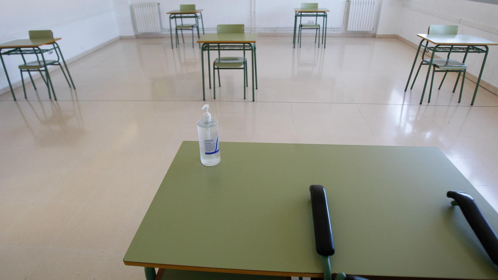 Aula de l'institut de Binissalem adaptada per fer tutories amb mesures de prevenció del covid-19