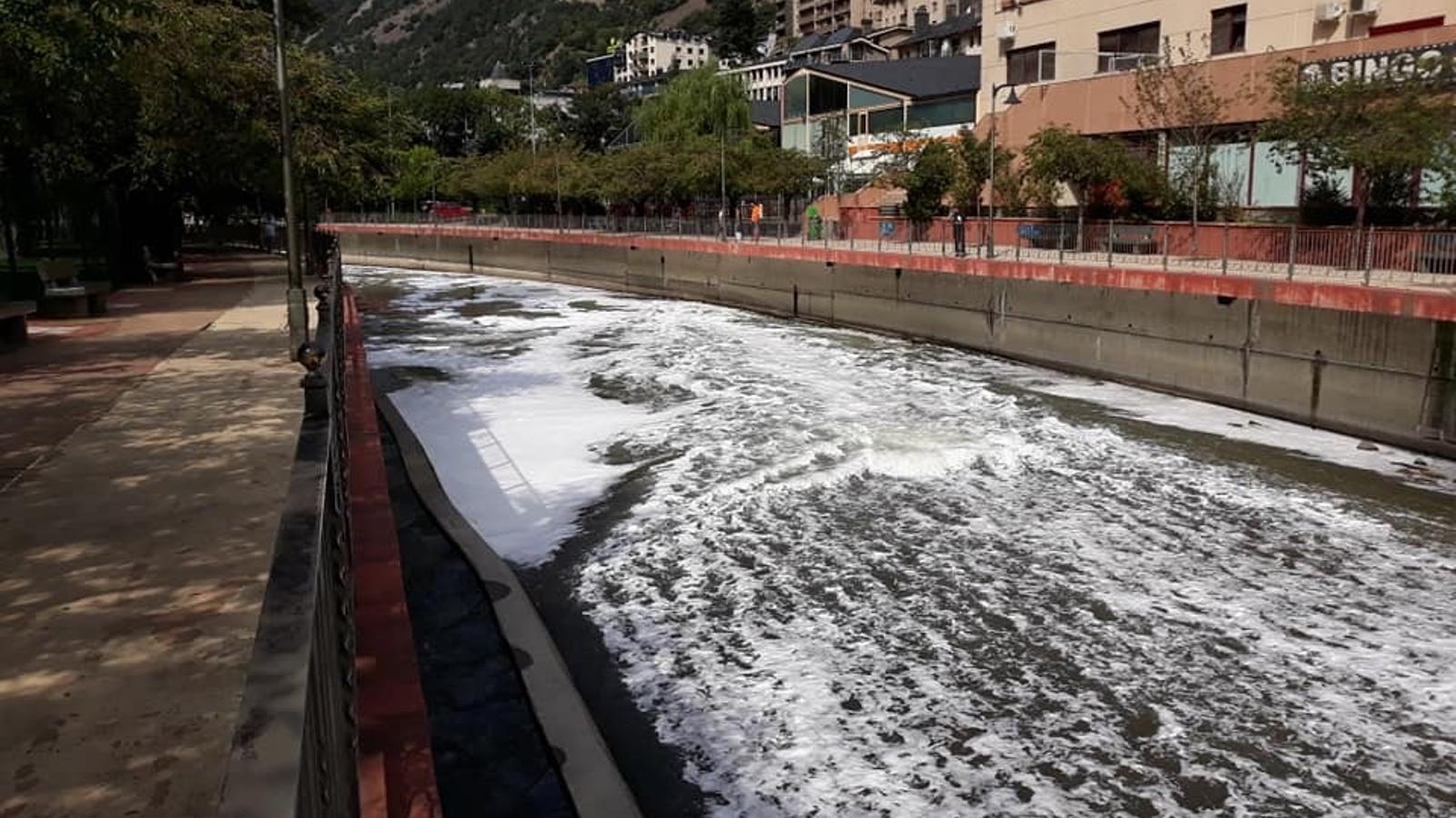 El vessament visible des del centre d'Andorra la Vella. / ARA