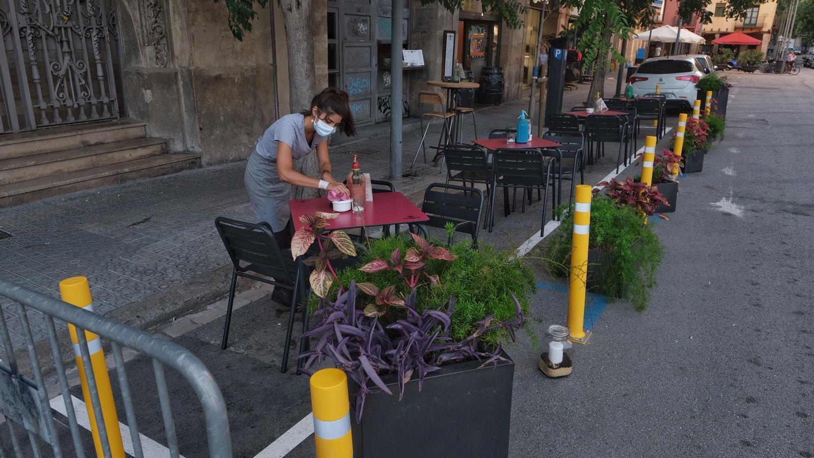 Terrassa d'un bar que ocupa part de la calçada al carrer Consulat de mar de Barcelona