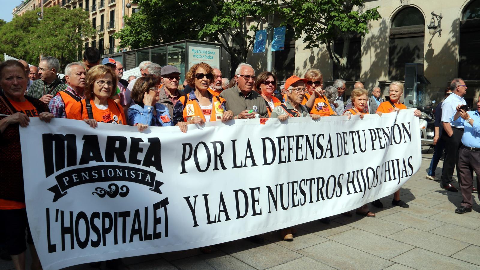 Una de les pancartes exhibides aquest dissabte durant la marxa reivindicativa en defensa de les pensions a Barcelona