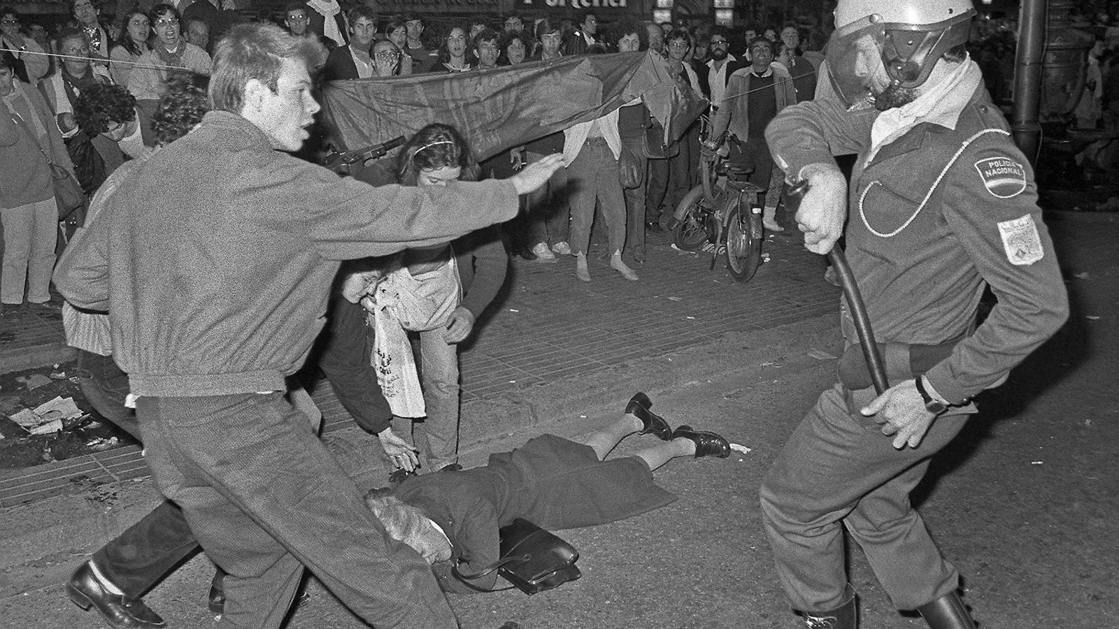 Un agent de la Policia Nacional carregant contra els manifestants la diada de Sant Jordi del 1985.
