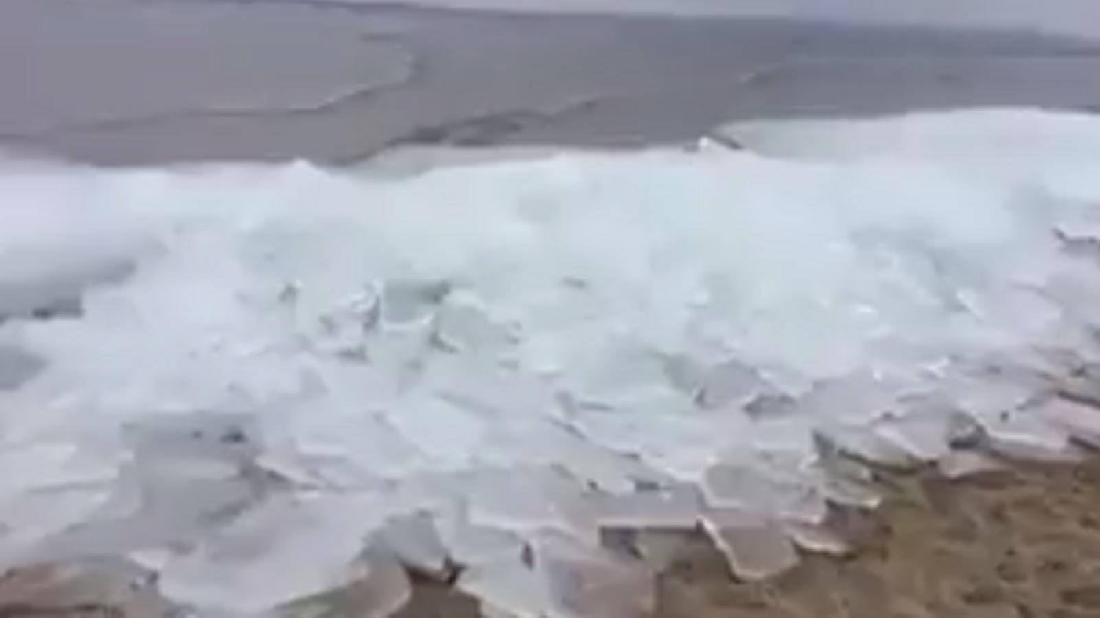 Onada de gel, probablement al Baikal, a Sibèria