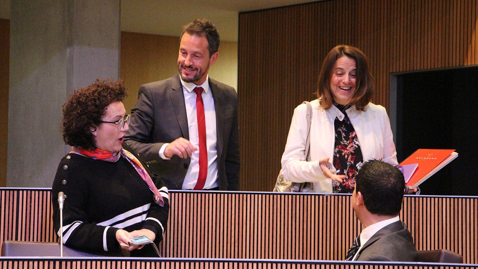 Els consellers socialdemòcrates i liberals de la darrera legislatura conversen en una sessió del Consell General. / M. M.