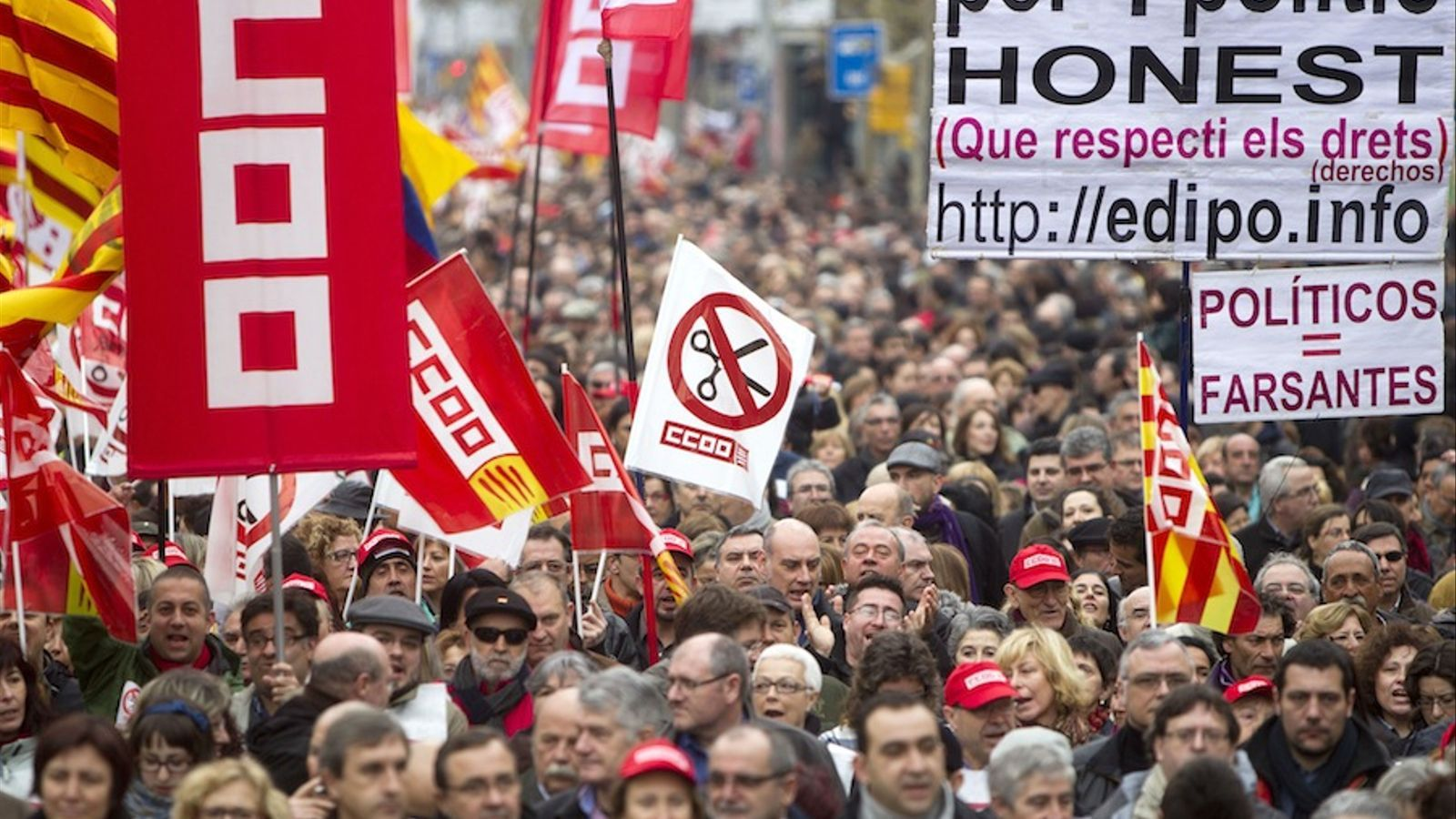 La manifestació de Barcelona contra la reforma laboral, amb pancartes de CCOO i al UGT / JORDI PIZARRO