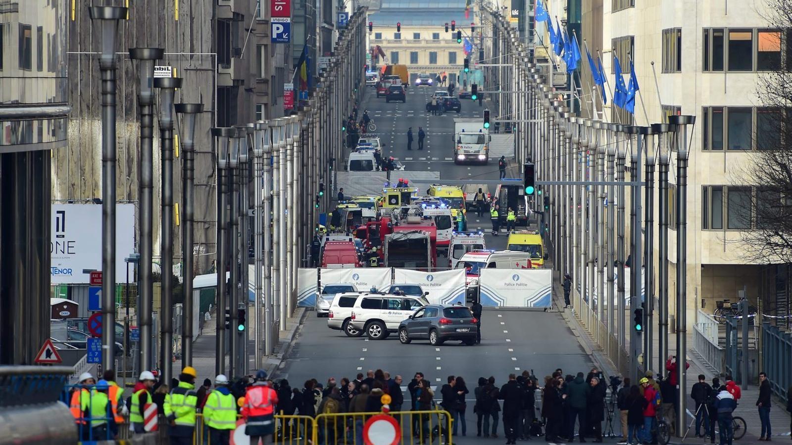 La Rue de la Loi, l'artèria viària que travessa el barri europeu de Brussel·les, tallada ahir davant la parada de metro de Maelbeek, després de l'explosió.