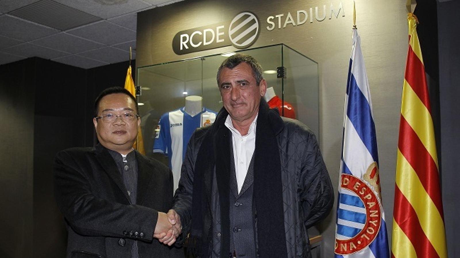 Chen Yansheng i Sergio Oliveró, en una trobada al RCDE Stadium