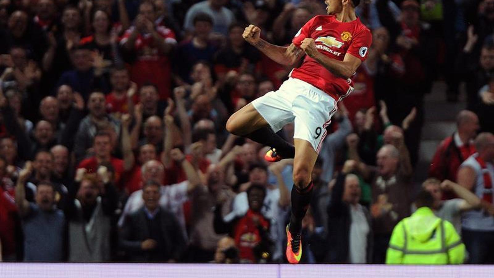 Ibrahimovic celebra un dels seus dos gols al Southampton