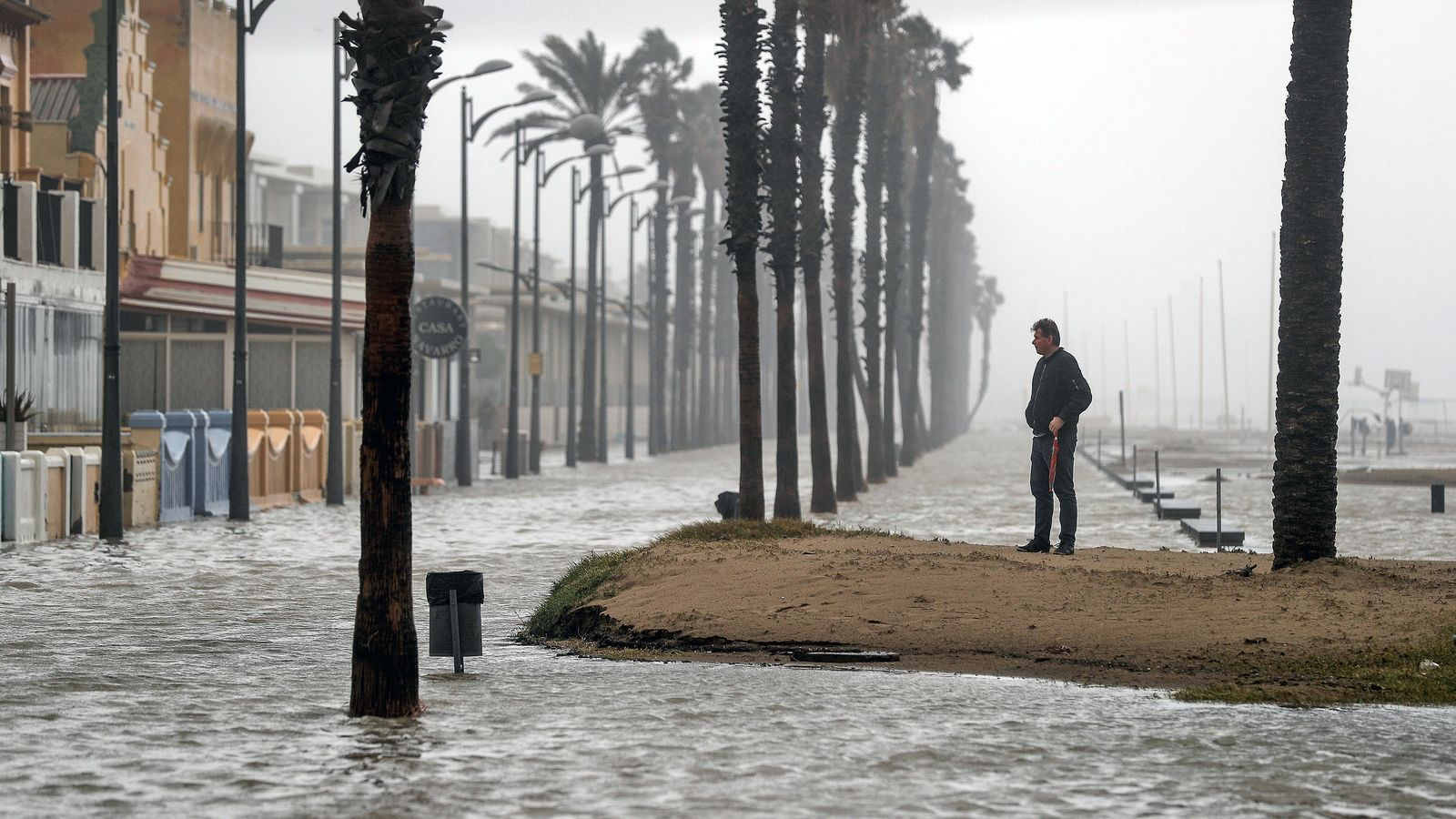 Platja de la Patacona d'Alboraia, a tocar de la ciutat de València, completament inundada per l'embranzida del mar