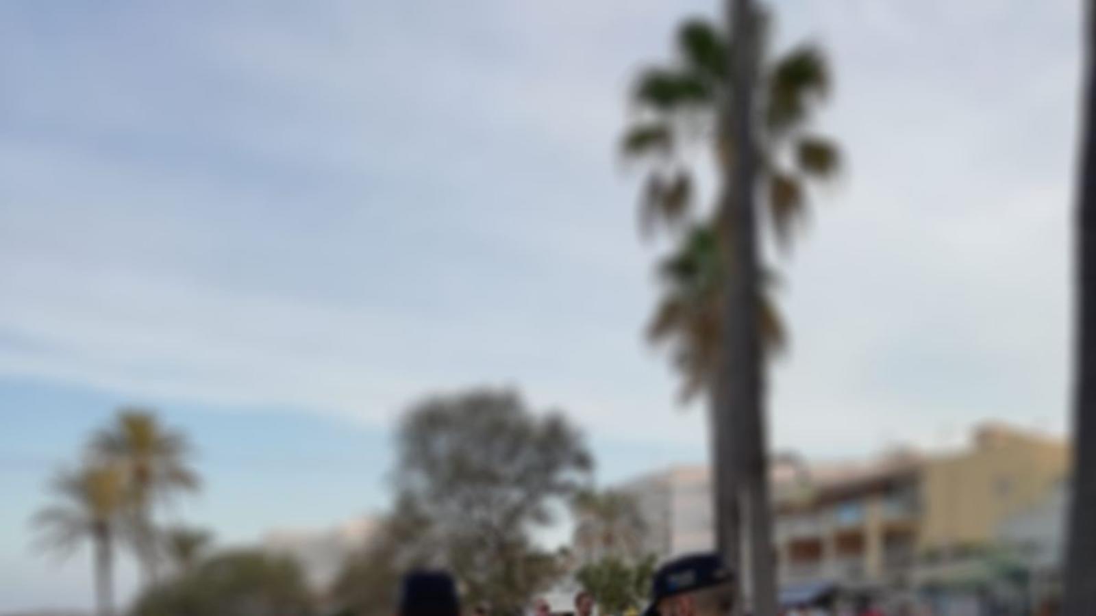 Dos agents patrullant per la primera línia.