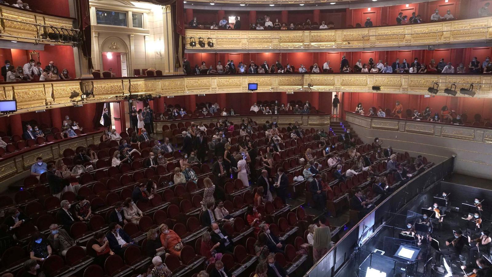Aspecte del Teatro Real de Madrid abans de d'inici de 'La traviata'
