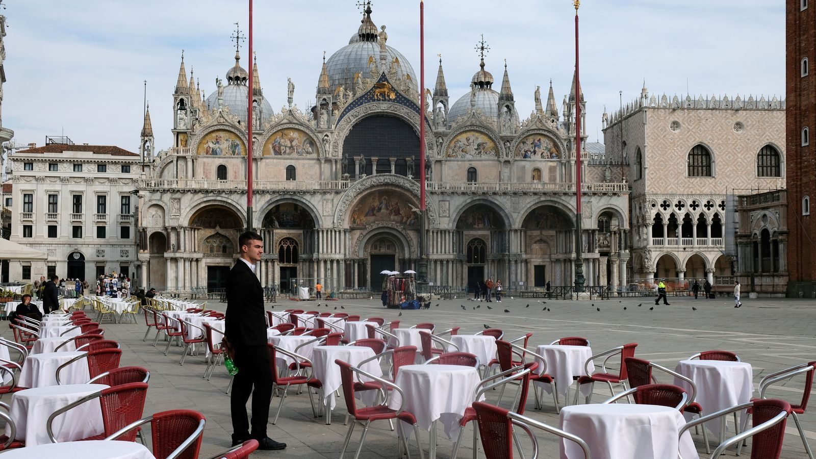 Un restaurant sense clients a la plaça de Sant Marc  de Venècia